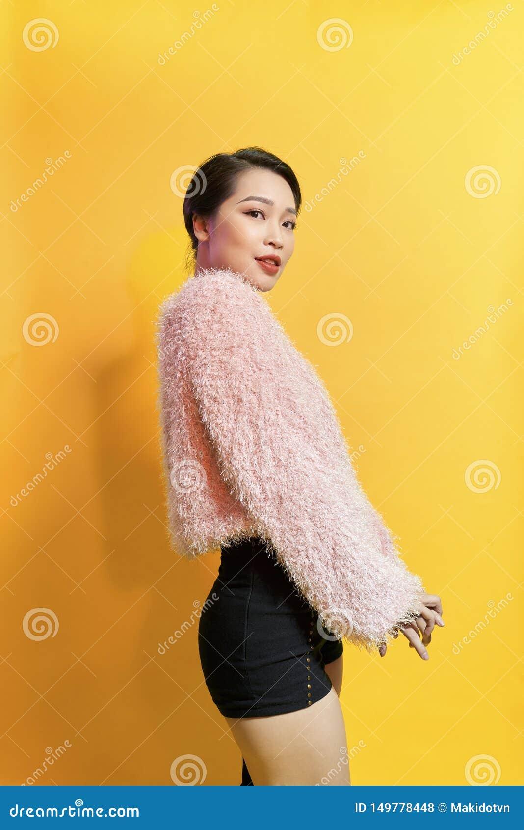 Kort-haired flicka i trendig dans Ung sk?mtsam kvinnlig modell i stilfull p?lsdr?kt H?rlig lycklig kvinna som har rolig dans