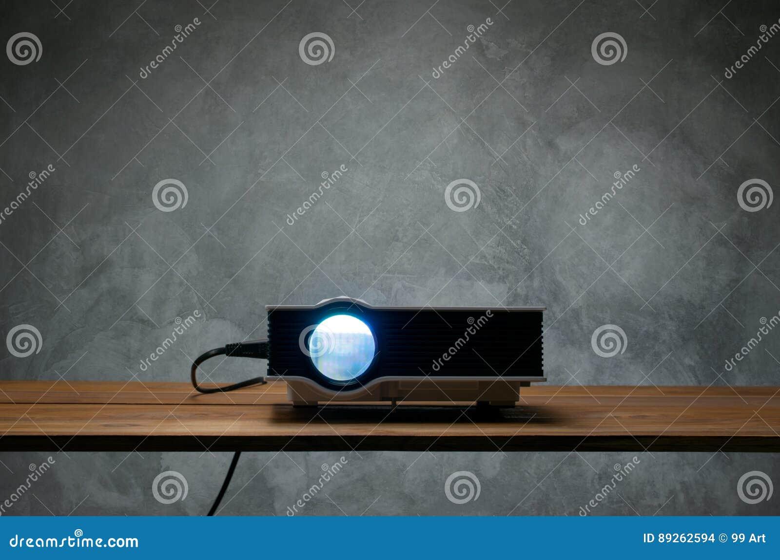 Kortkortet ledde projektorn på den wood tabellen i en theate för rumprojektorhem