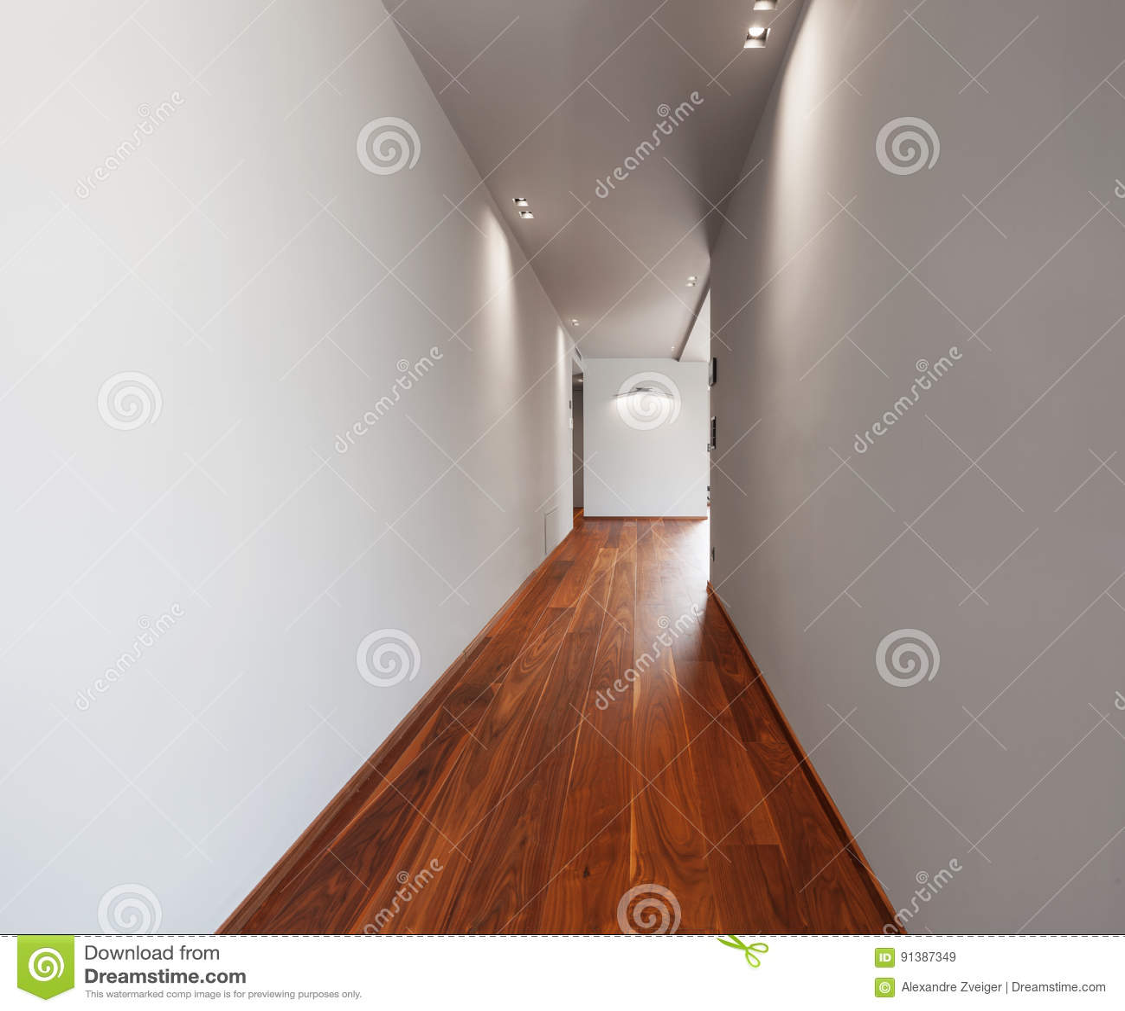 Korytarz w nowożytnym domu, puste biel ściany
