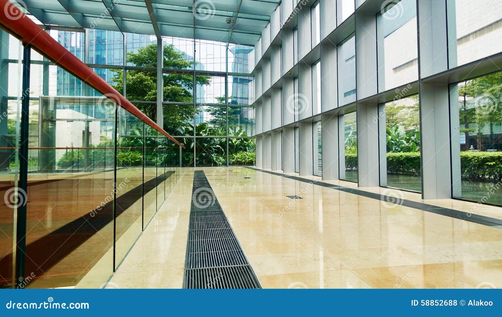 Korytarz w nowożytnym szklanym budynku biurowym