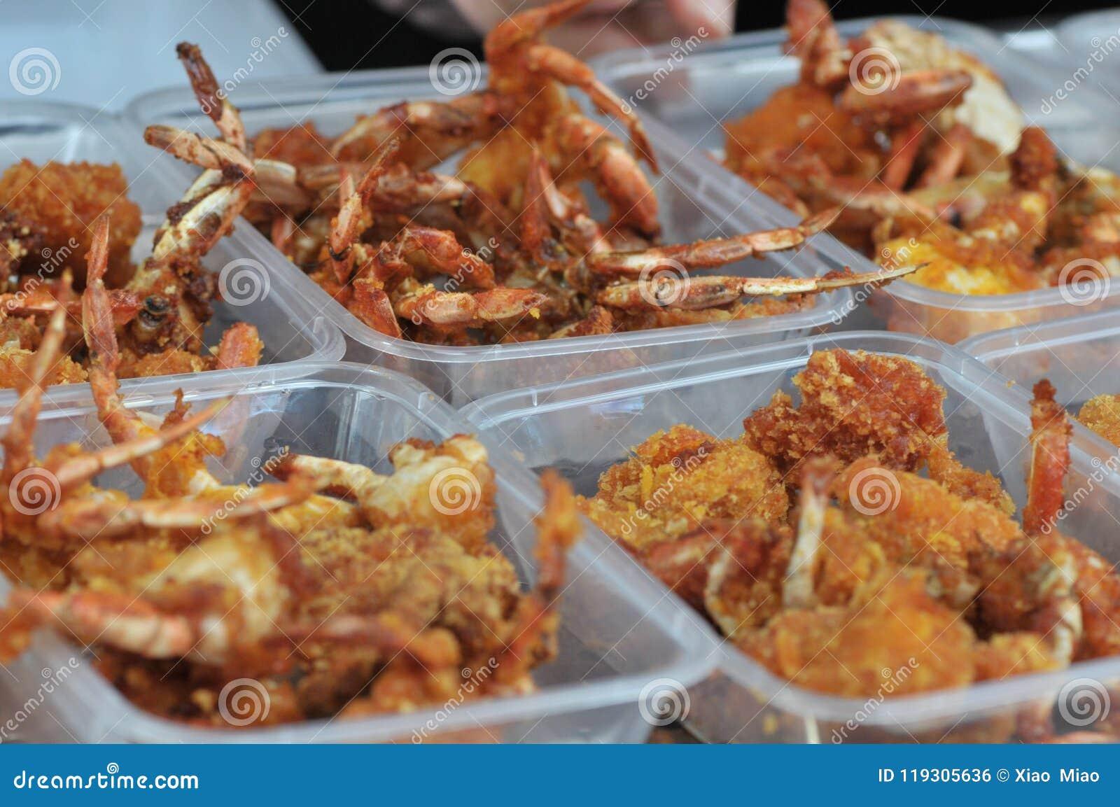 Korzenni smażący kraby zawijający w pszenicznej mące