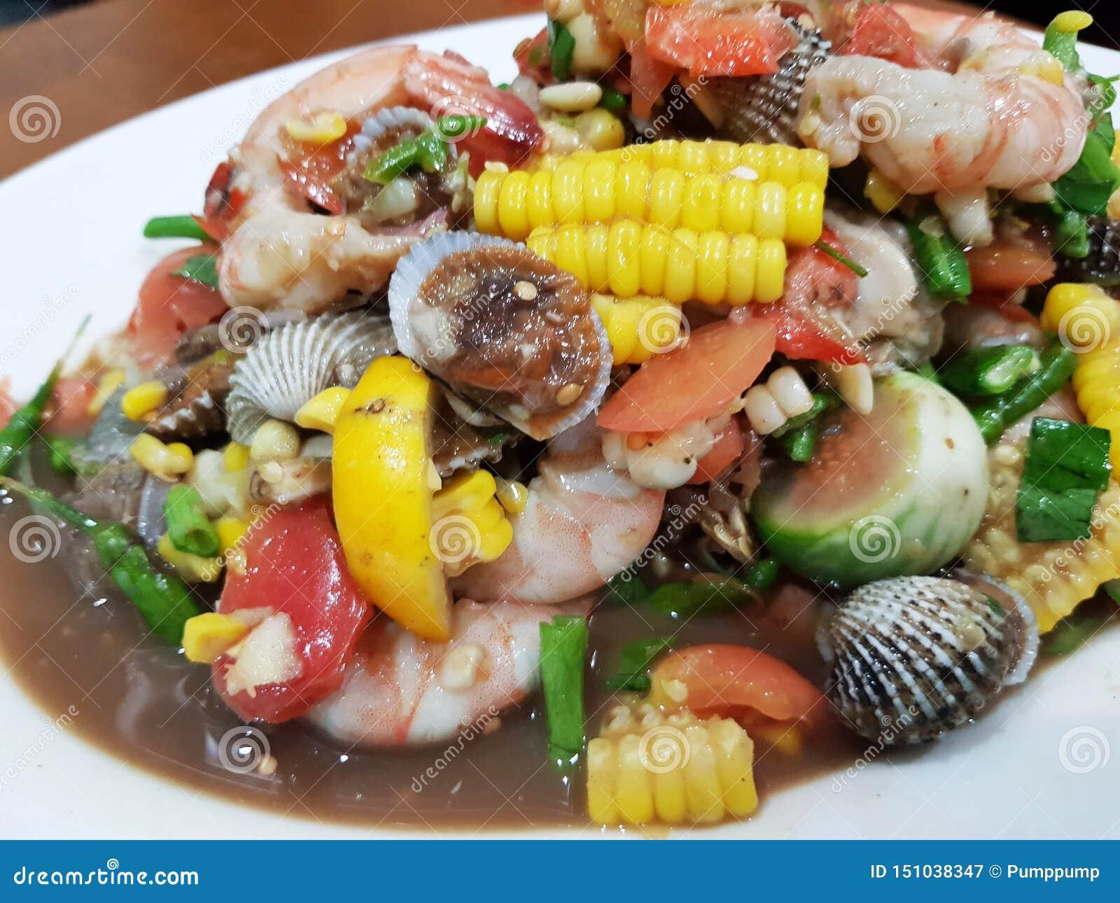 Korzenny tajlandzki mieszanki owoce morza i warzywo sałatka