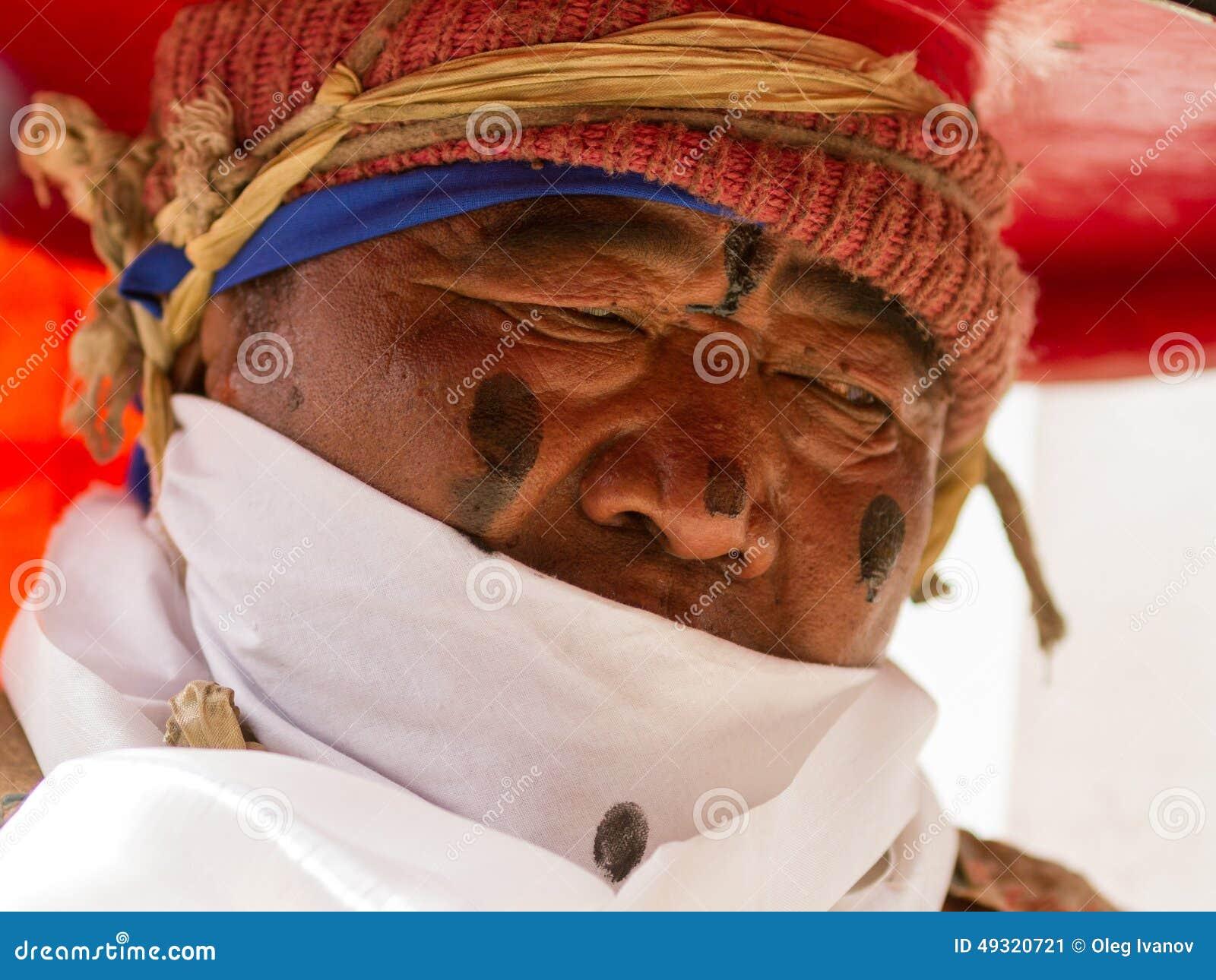 Korzok, la INDIA - 23 de julio: Un monje realiza un sombrero negro religioso mA