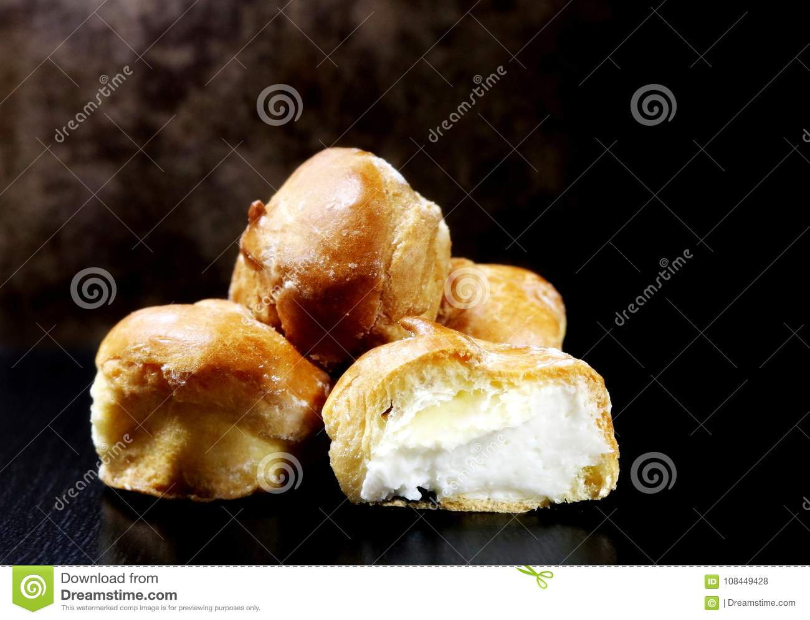 Korzystanie Tort Profiteroles z curd śmietanką Torty od custard ciasta naleśnikowego tła kulinarnej babeczki odosobniony produktu