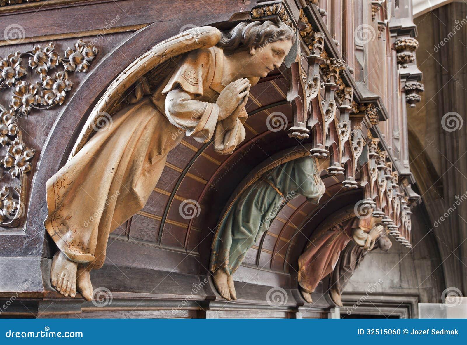 Kosice - statue en bois d ange sur l organe. du cent 19. dans la cathédrale gothique d Elizabeth de saint