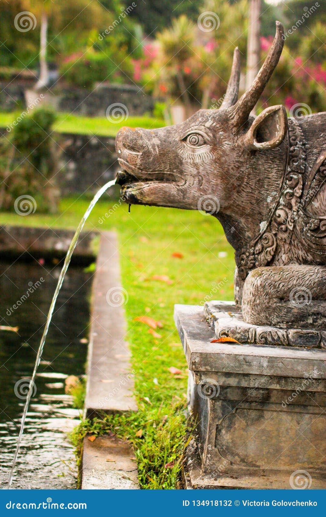 Koskulptur i den Tirta Gangga slotten i Karangasem, Bali