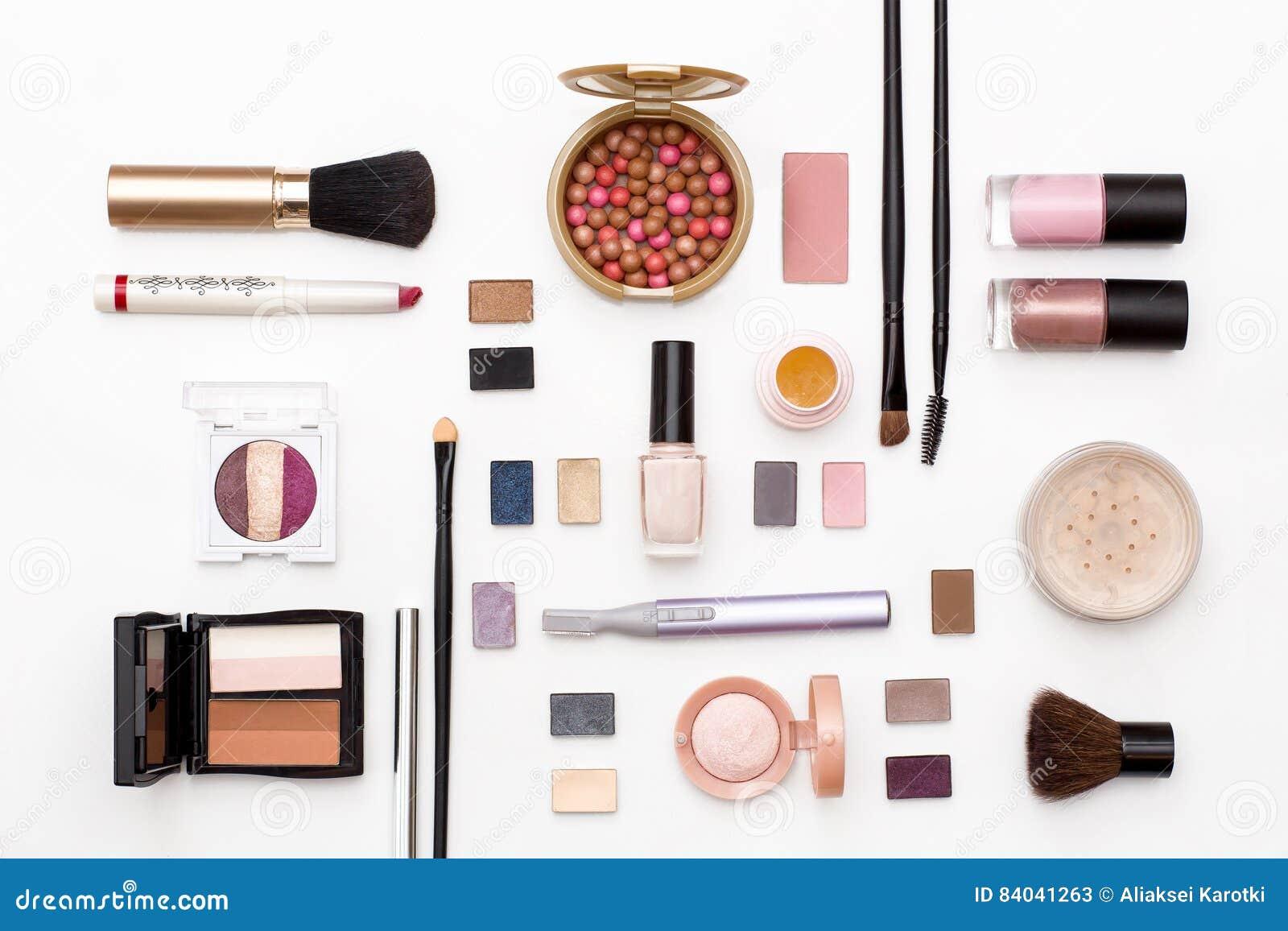 Kosmetik für Gesichtsmake-up: Bürsten, Pulver, Lippenstift, Lidschatten, Nagellack, Trimmer und anderes Zubehör auf weißem Hinter