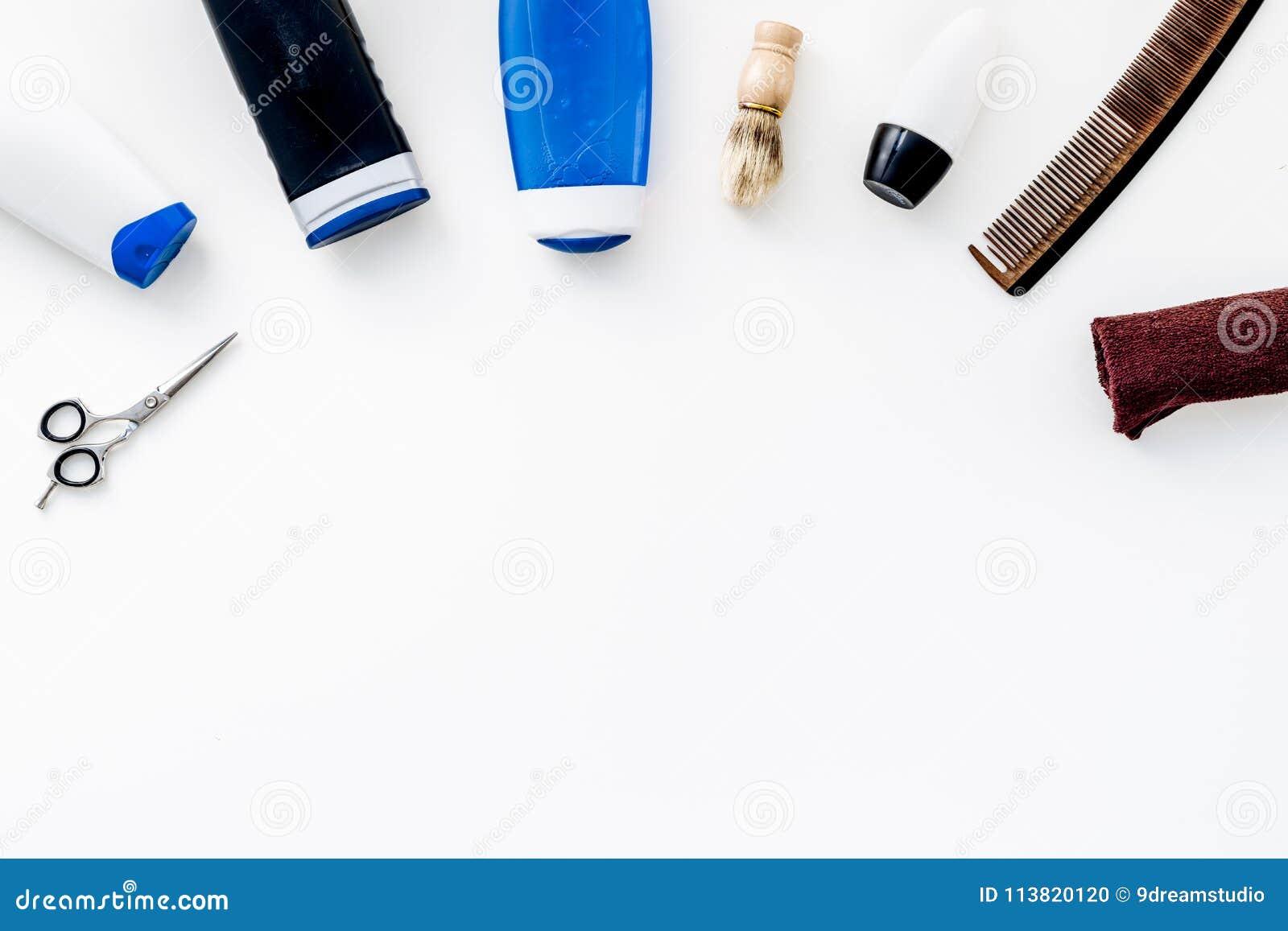 Kosmetik für Männer ` s Haar Flaschen mit Shampoo und Gel, Werkzeuge für das Bürsten, sciccors auf Draufsicht des weißen Hintergr