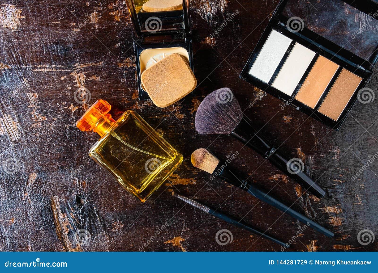 Kosmetik und Parfümflaschen für Frau