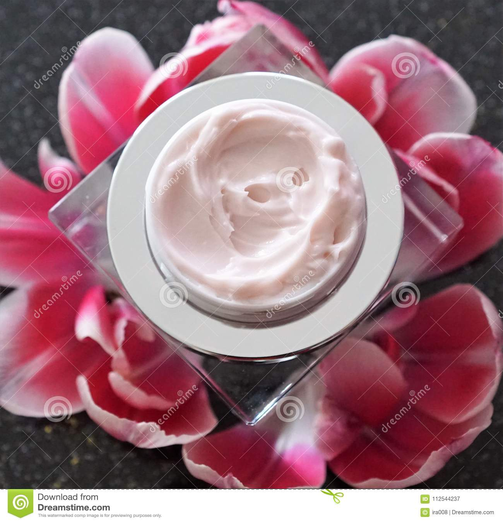 Kosmetikcreme in einem Glas