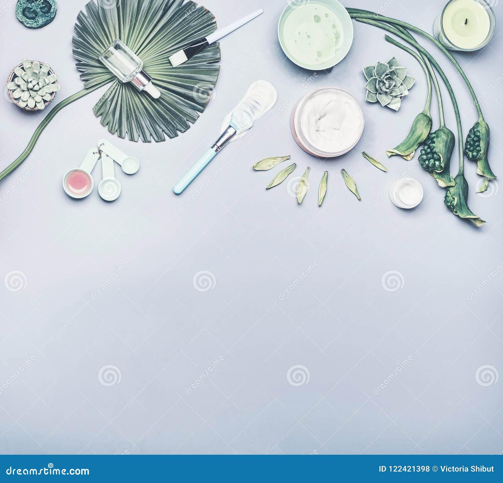 Kosmetisch en gezichts het bladmasker van de huidzorg Divers schoonheidsmiddelenproduct: serum, room en gel met tropische bladere