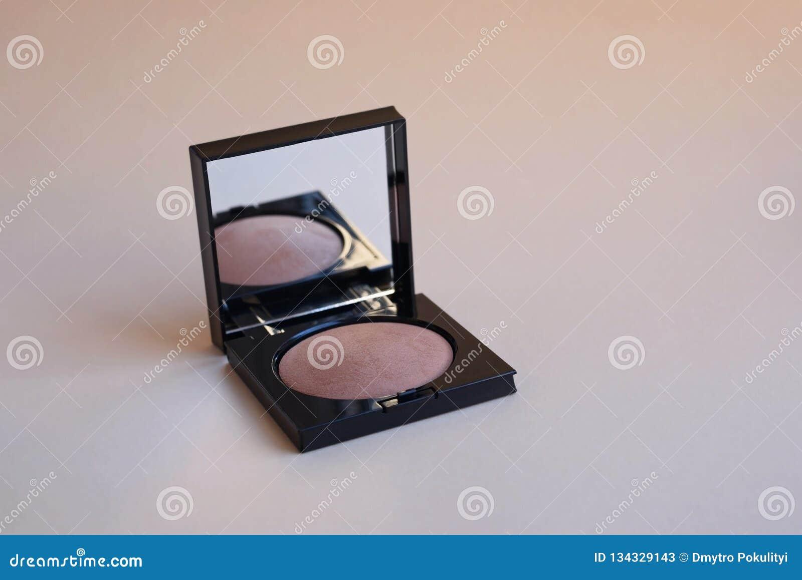 Kosmetisch poeder in compacte zwarte doos