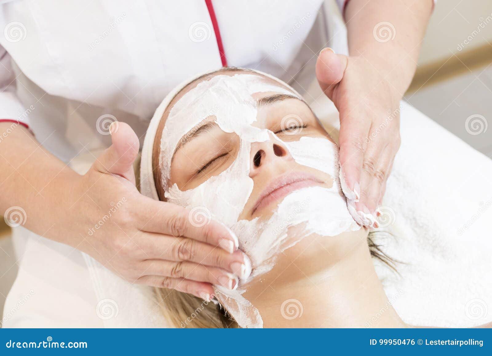 Kosmetisk maskering för process av massagen och ansiktsbehandlingar