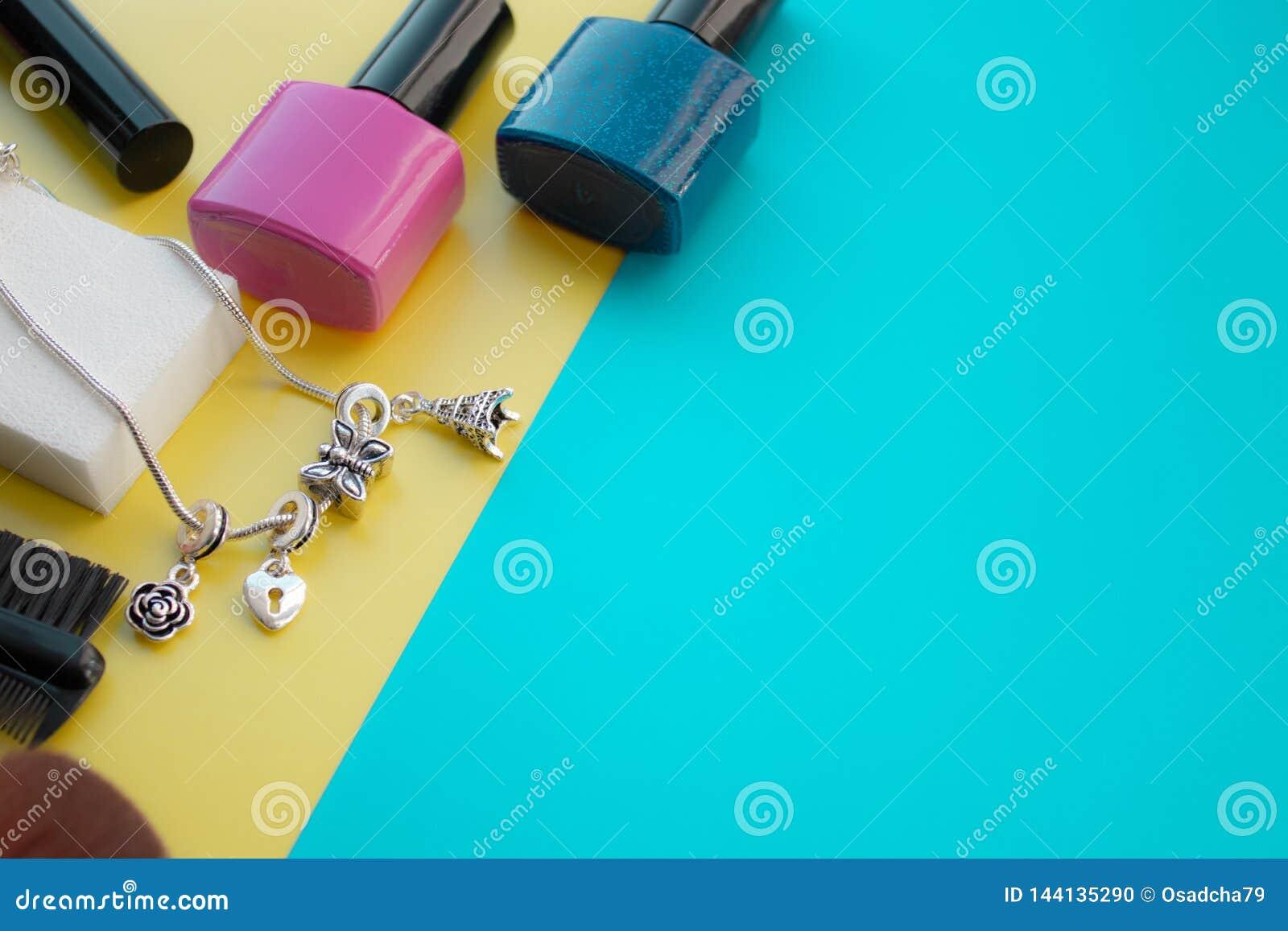 Kosmetisk tillbehör Borste för rodnad, borste, fernissa på en guling, grön bakgrund