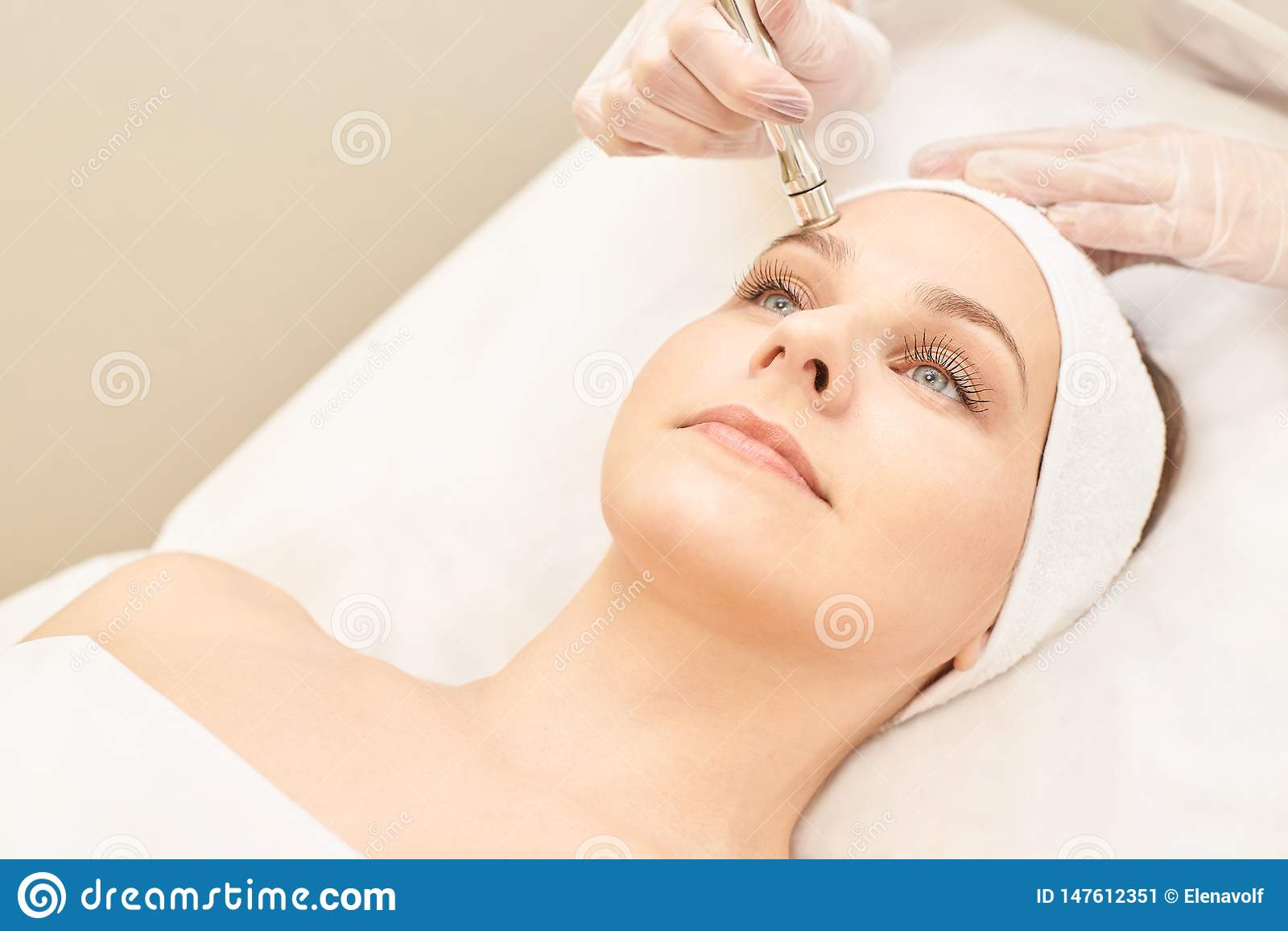 Kosmetologii twarzy traktowanie Cierpliwa młoda dziewczyna Salonu kosmetyka narzędzia Dermatologii diamentowa skóra czysta