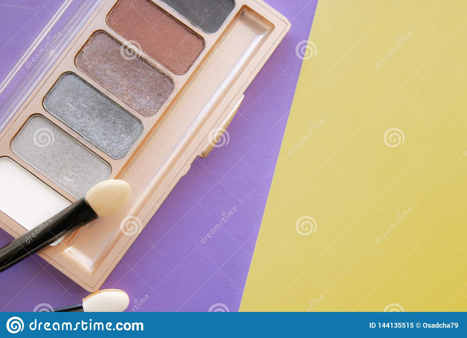 Kosmetyczne akcesoria Muśnięcie, eyeshadow na kolorze żółtym, purpurowy tło