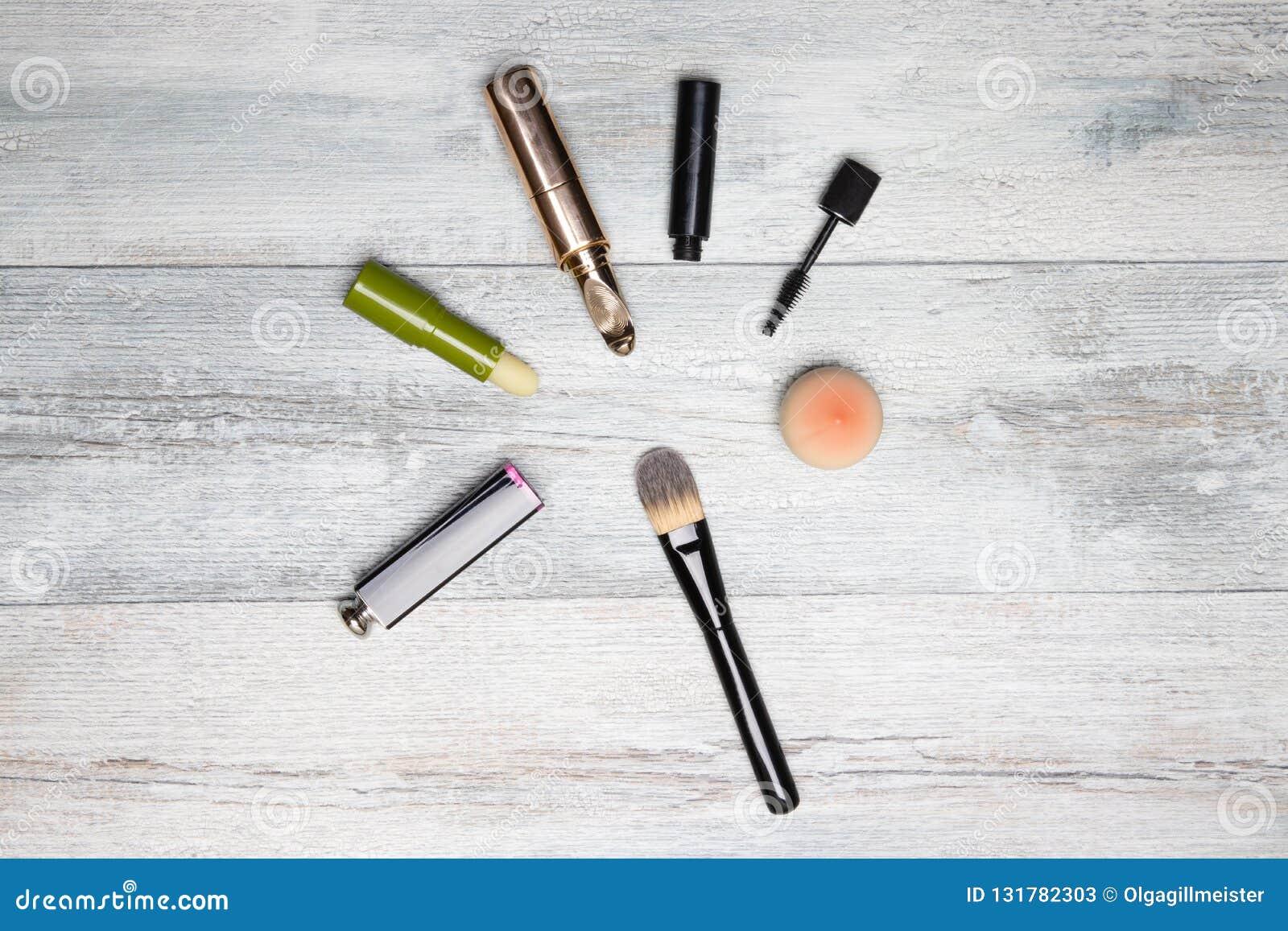 Kosmetyczny makeup set Dekoracyjny compostion kosmetyki na nieociosanym jaskrawym drewnianym stole Kobiet akcesoria na tle z kopi
