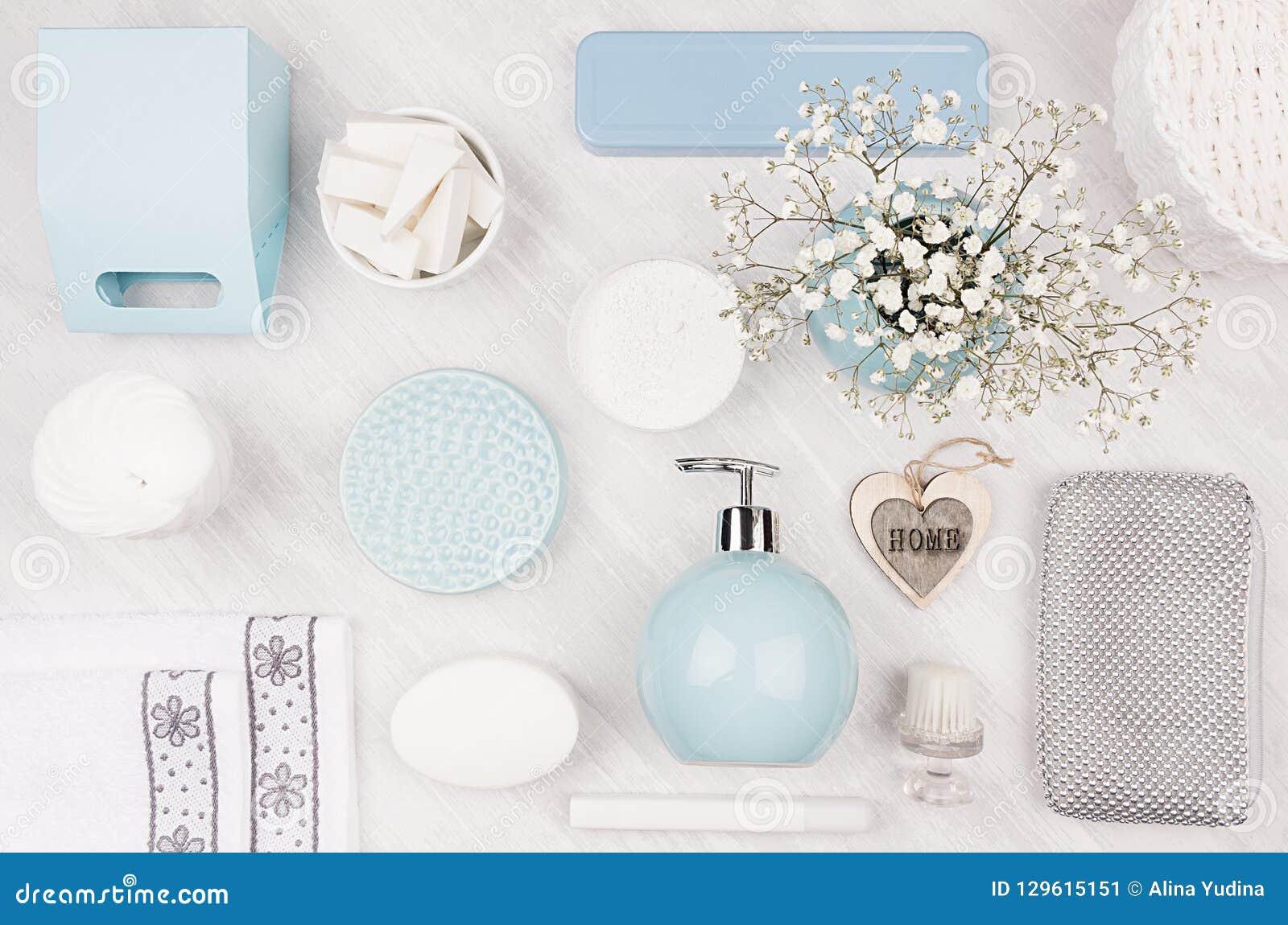Kosmetyków produkty jako sztuki tło - ustawia dla ciała i skóry opieki, błękitny ceramiczny puchar, srebni akcesoria, kwiaty, ser