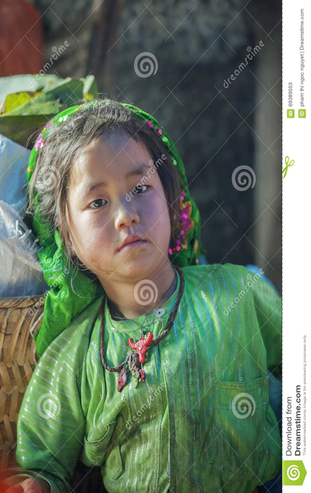 Kostüme des Babys der ethnischen Minderheit, an altem Dong Van-Markt