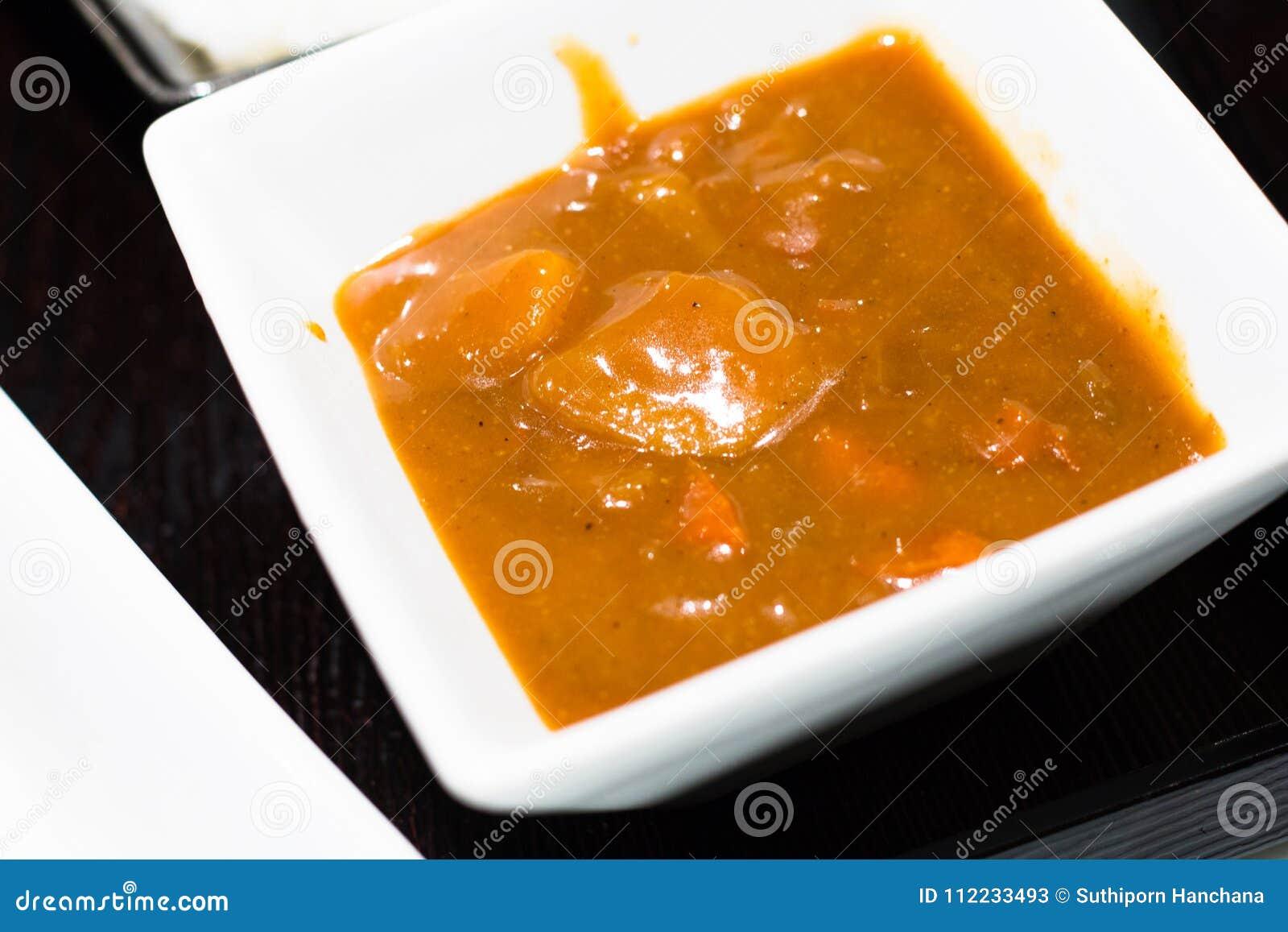 Kostad-upp japansk mat är curry som isoleras på bakgrund