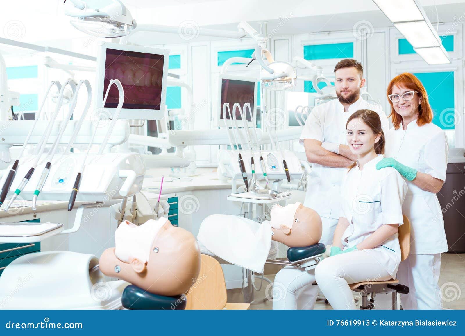 Kostbare begeleiding van een ervaren tandheelkundevakman