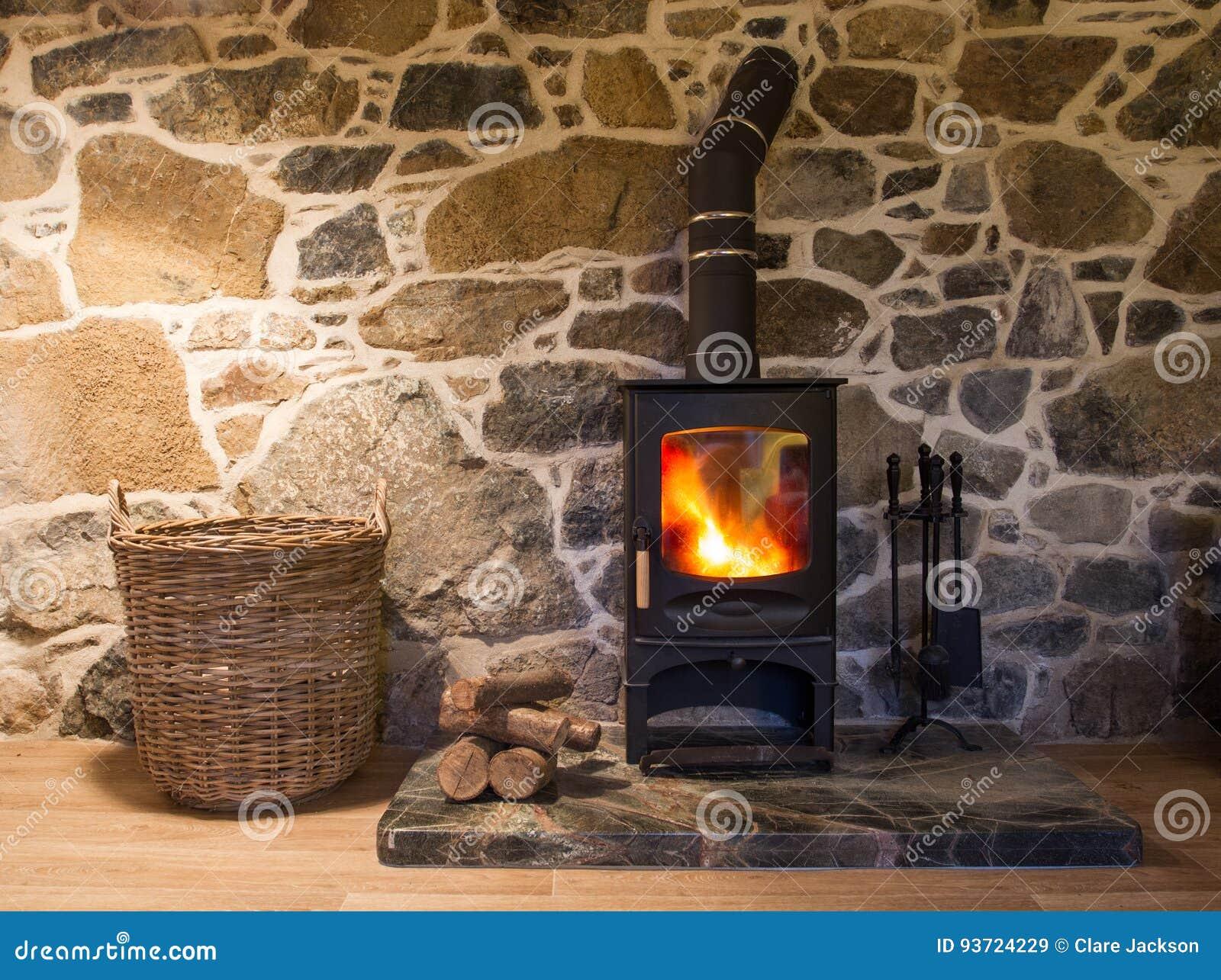 kosten-steinhäuschen-holz-brenner stockbild - bild von kosten