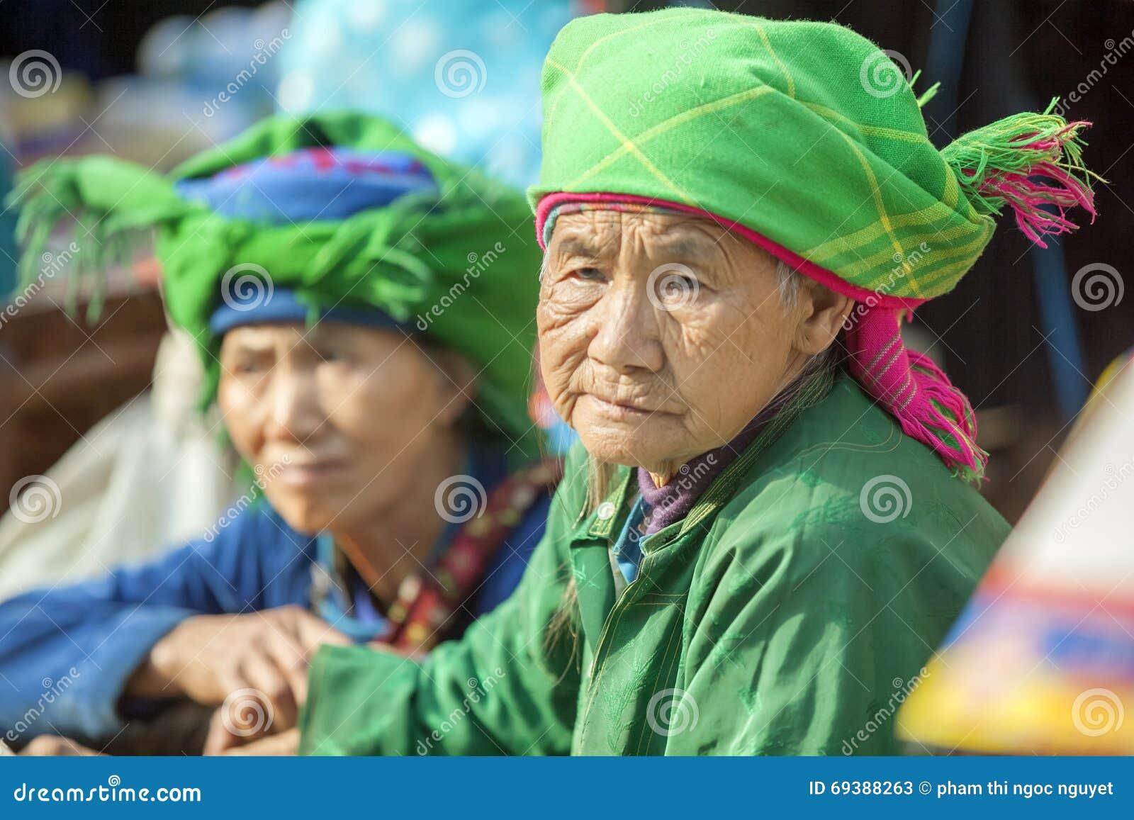 Kostiumy mniejszości etnicznych kobiety przy starym Dong Van rynkiem,
