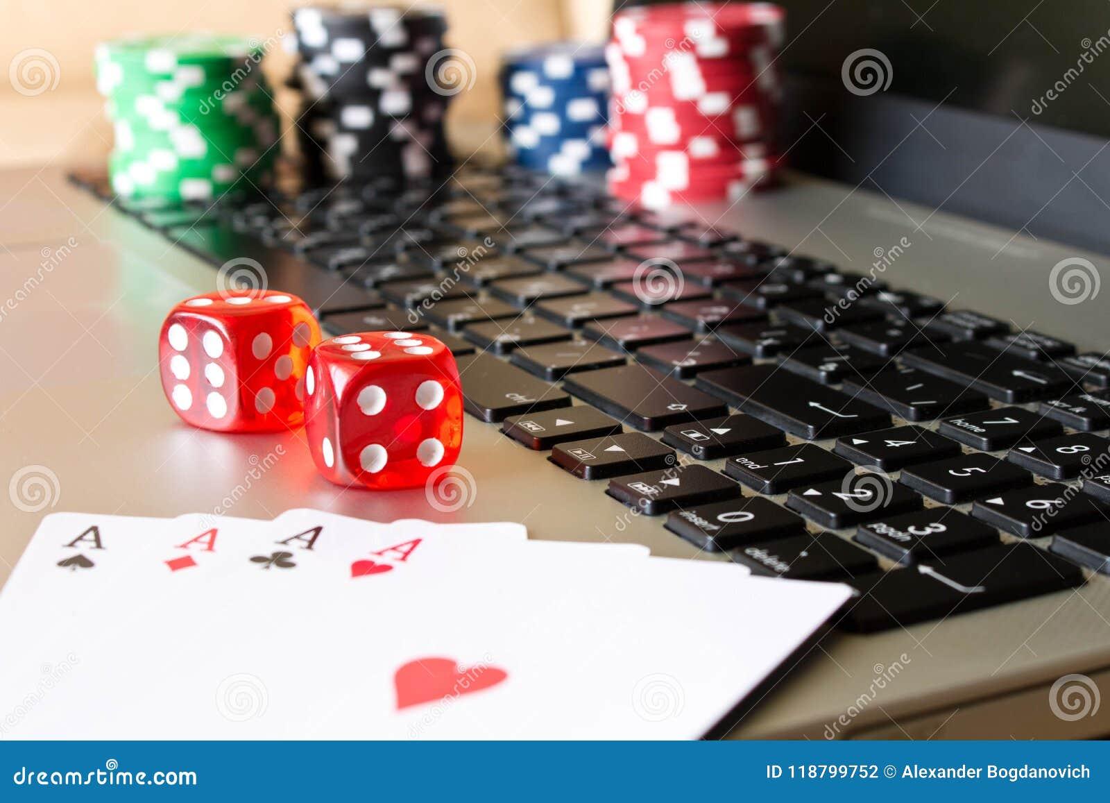 Kostka do gry, grzebaków układy scaleni i karta do gry na laptopie, Pojęcie dalej