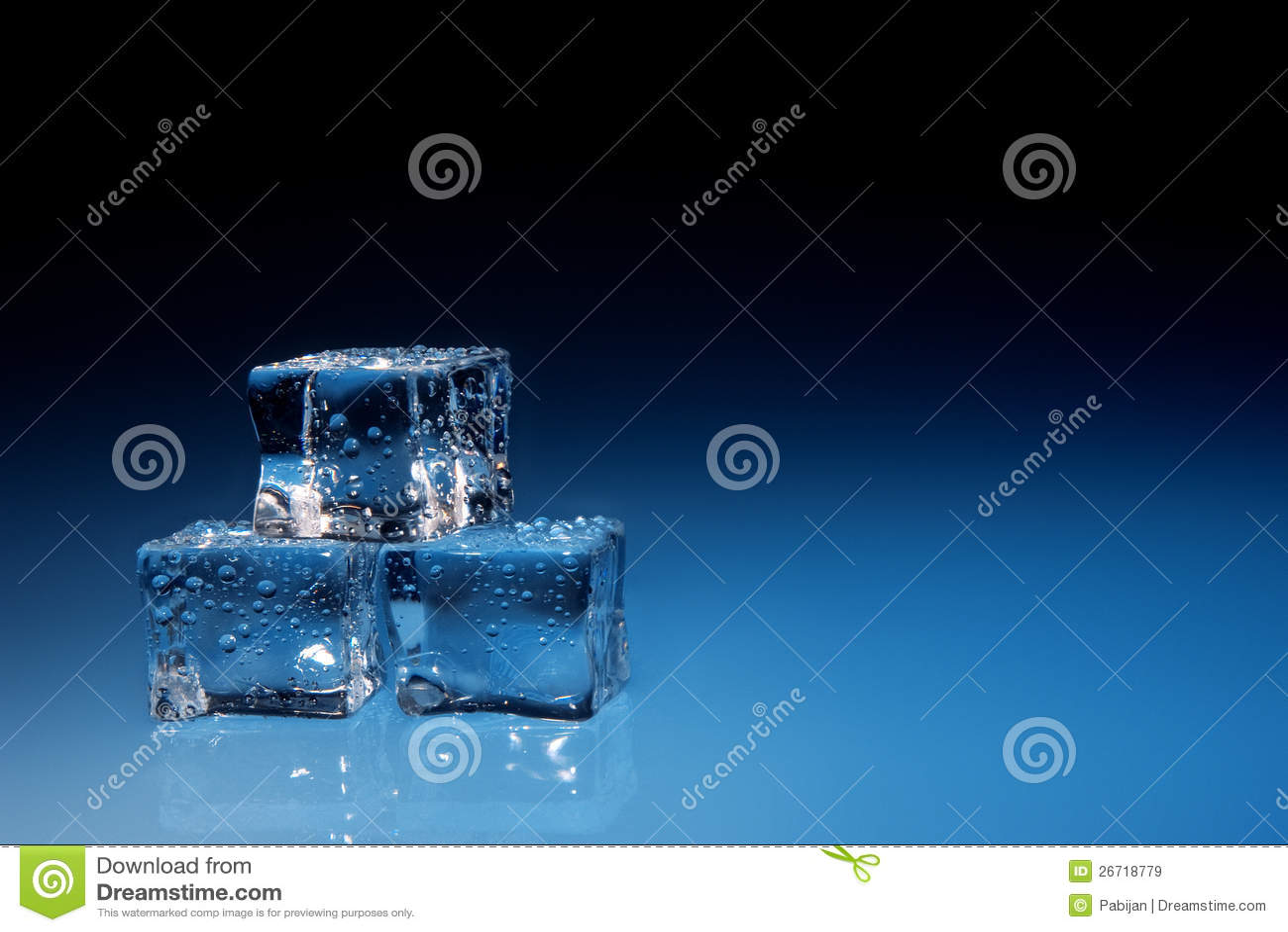 Kostka lodu z wodą opuszczają tło