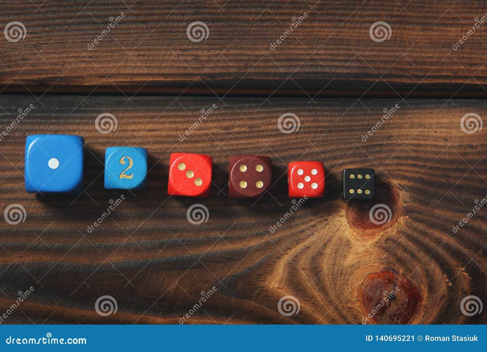 Kostki do gry na drewnianym tle