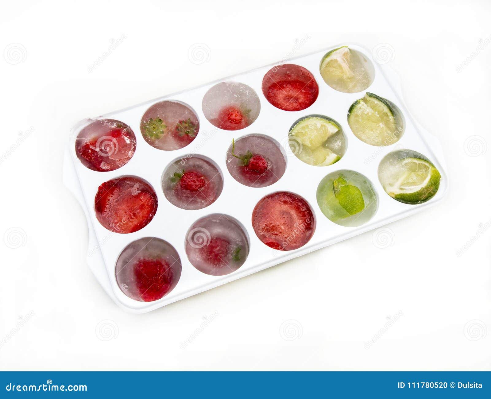 Kostki lodu z truskawek cytrynami