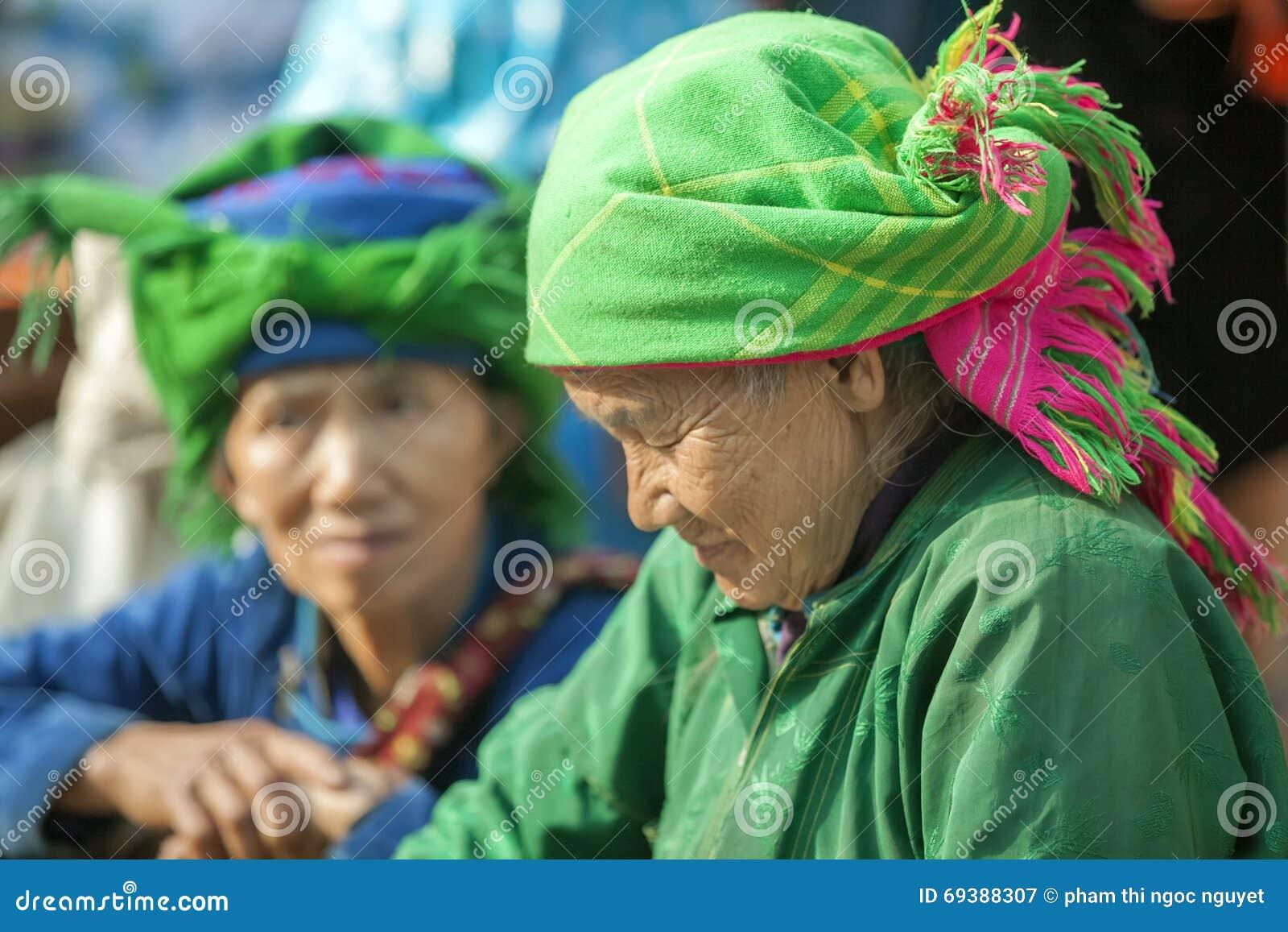 Kostuums van etnische minderheidvrouwen, bij oude Dong Van-markt