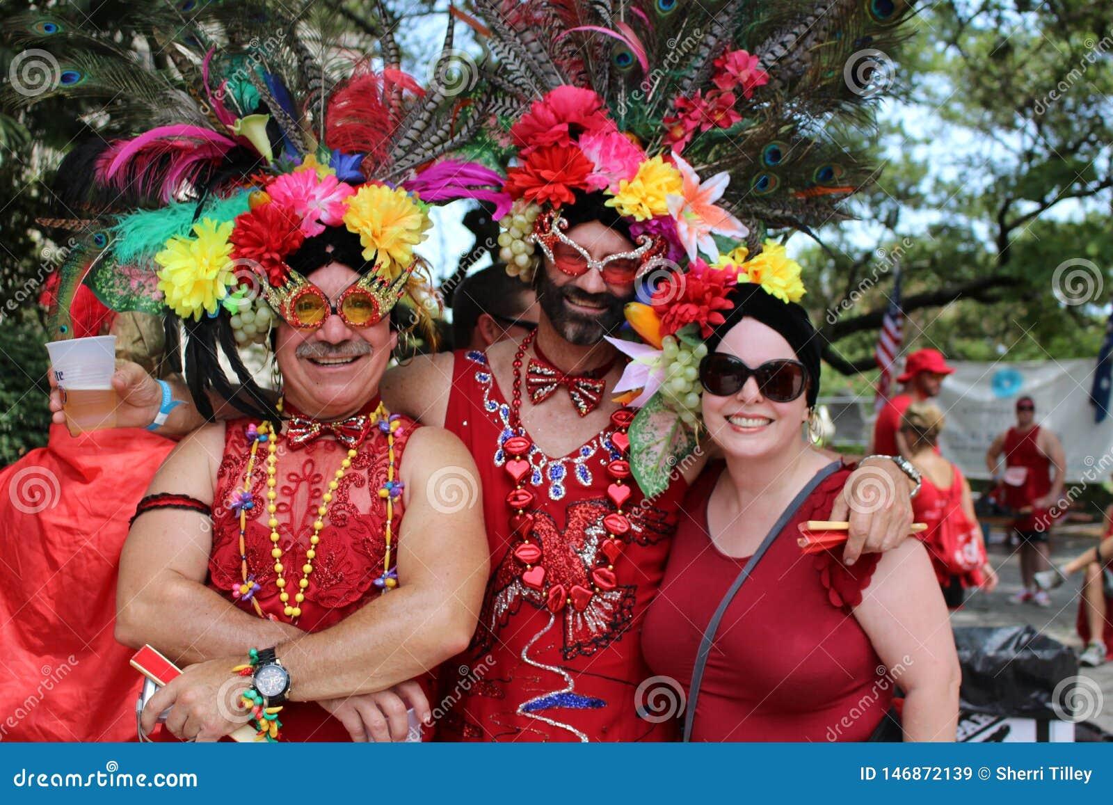 Kostymerat folk på den inkörda New Orleans för röd klänning franska fjärdedelen