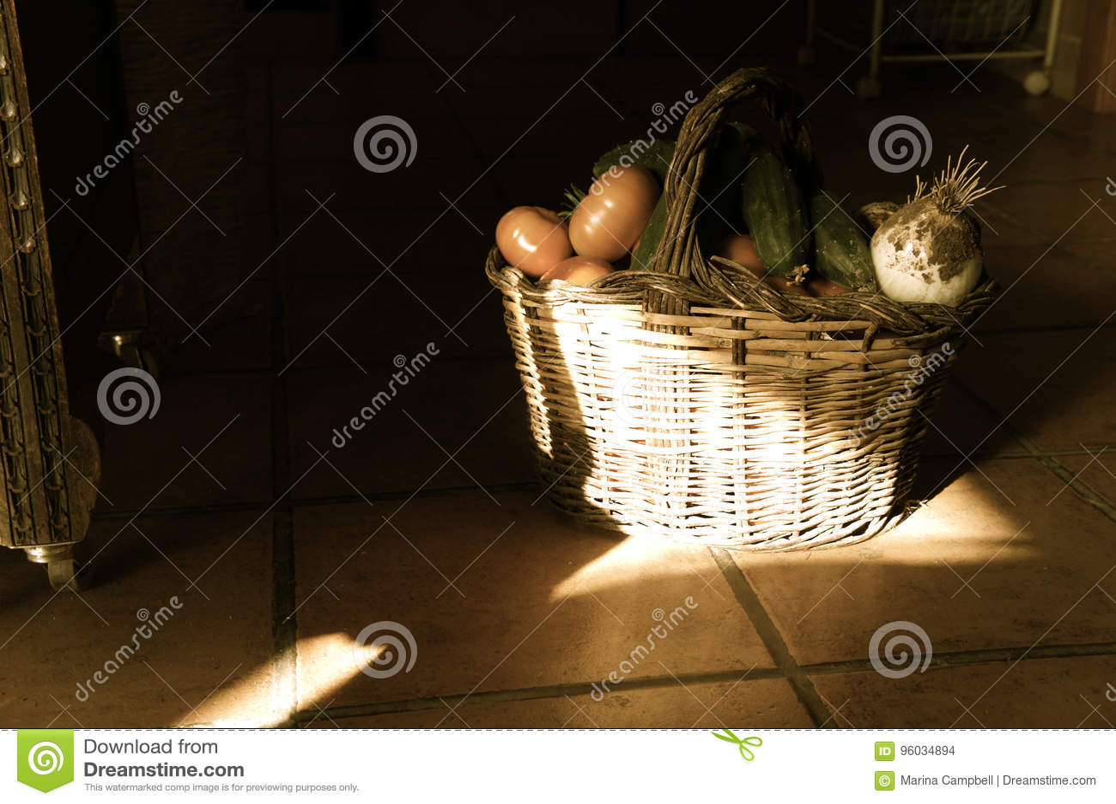 Kosz z warzywami na podłoga