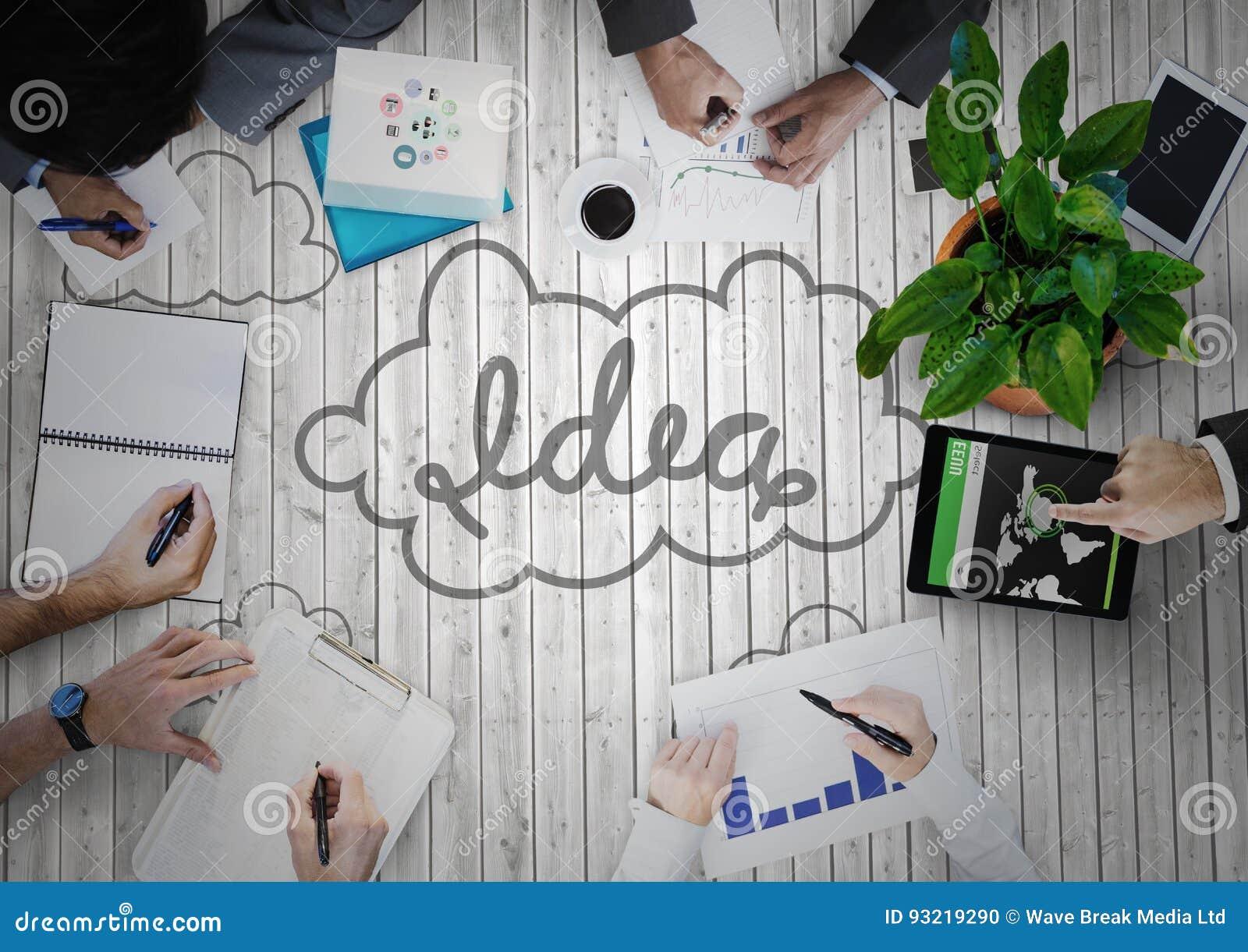 Koszt stały biznes drużyna na popielatym drewnianym panelu z pomysłu doodle