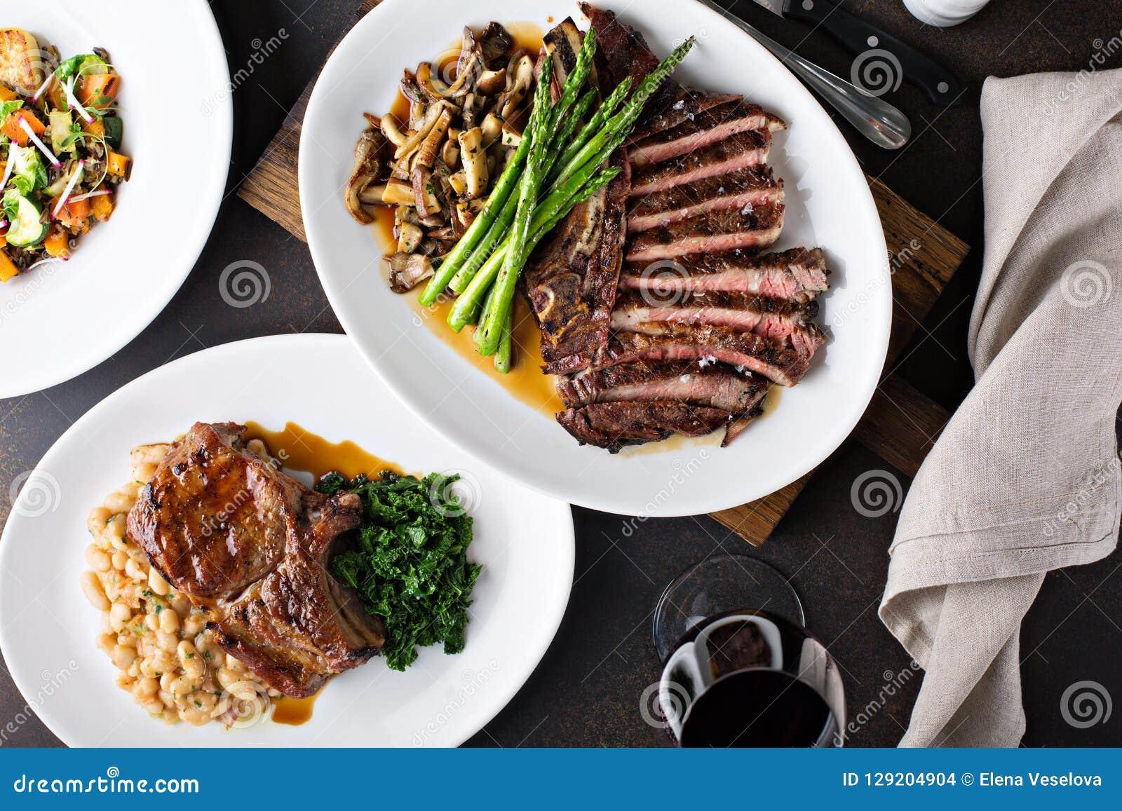 Koszt stały strzał obiadowy stół z stkiem i piec na grillu wieprzowiną