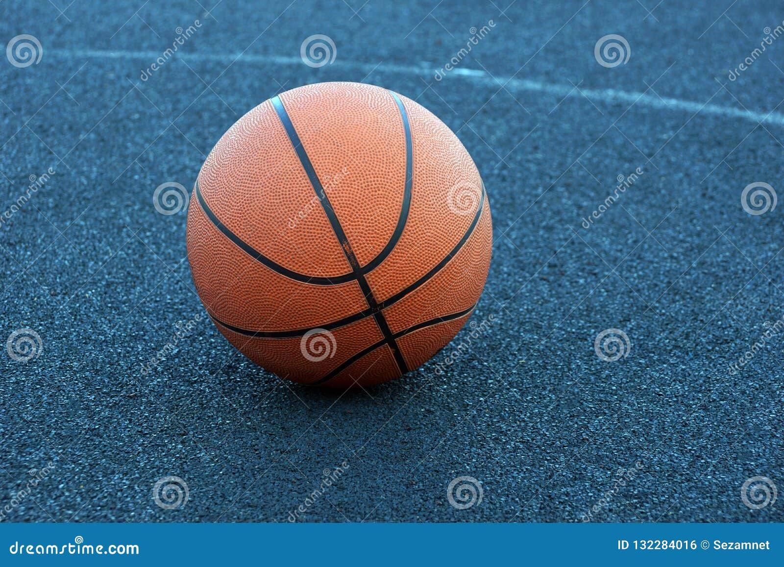 Koszykówki piłka na dworskiej bawić się koszykówce