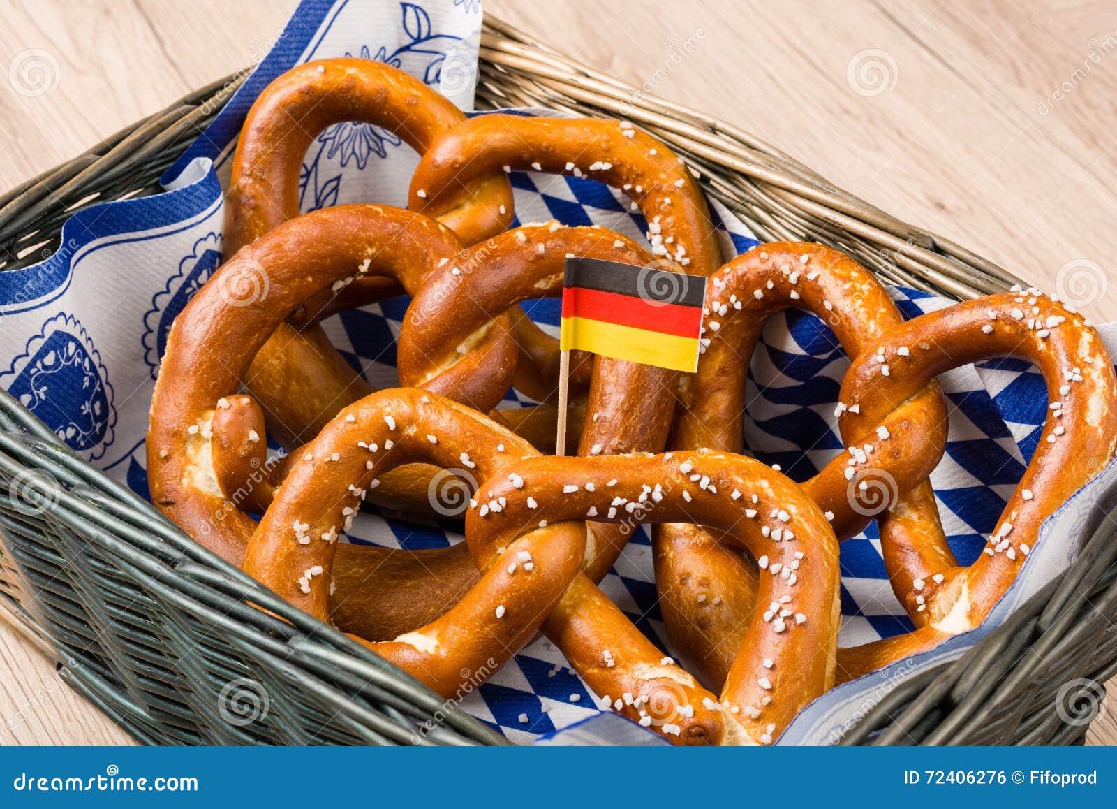 Koszyk na chleb z tradycyjnymi Bawarskimi preclami z niemiec flaga