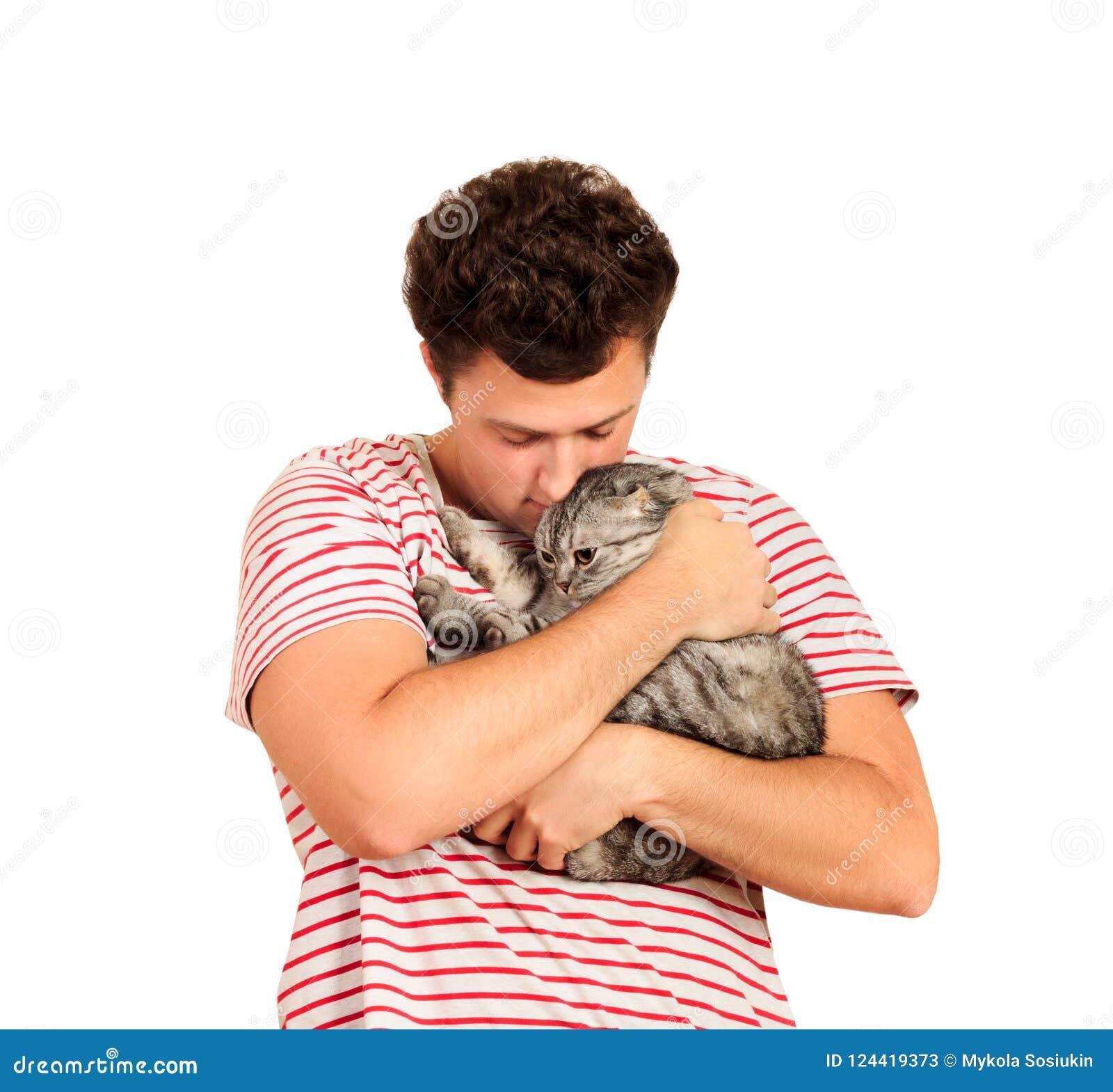 Kot, mężczyzna, portret szczęśliwy kot z zakończeń oczami i młody człowiek, ludzie bawić się z figlarką Facet ściska jego zwierzę