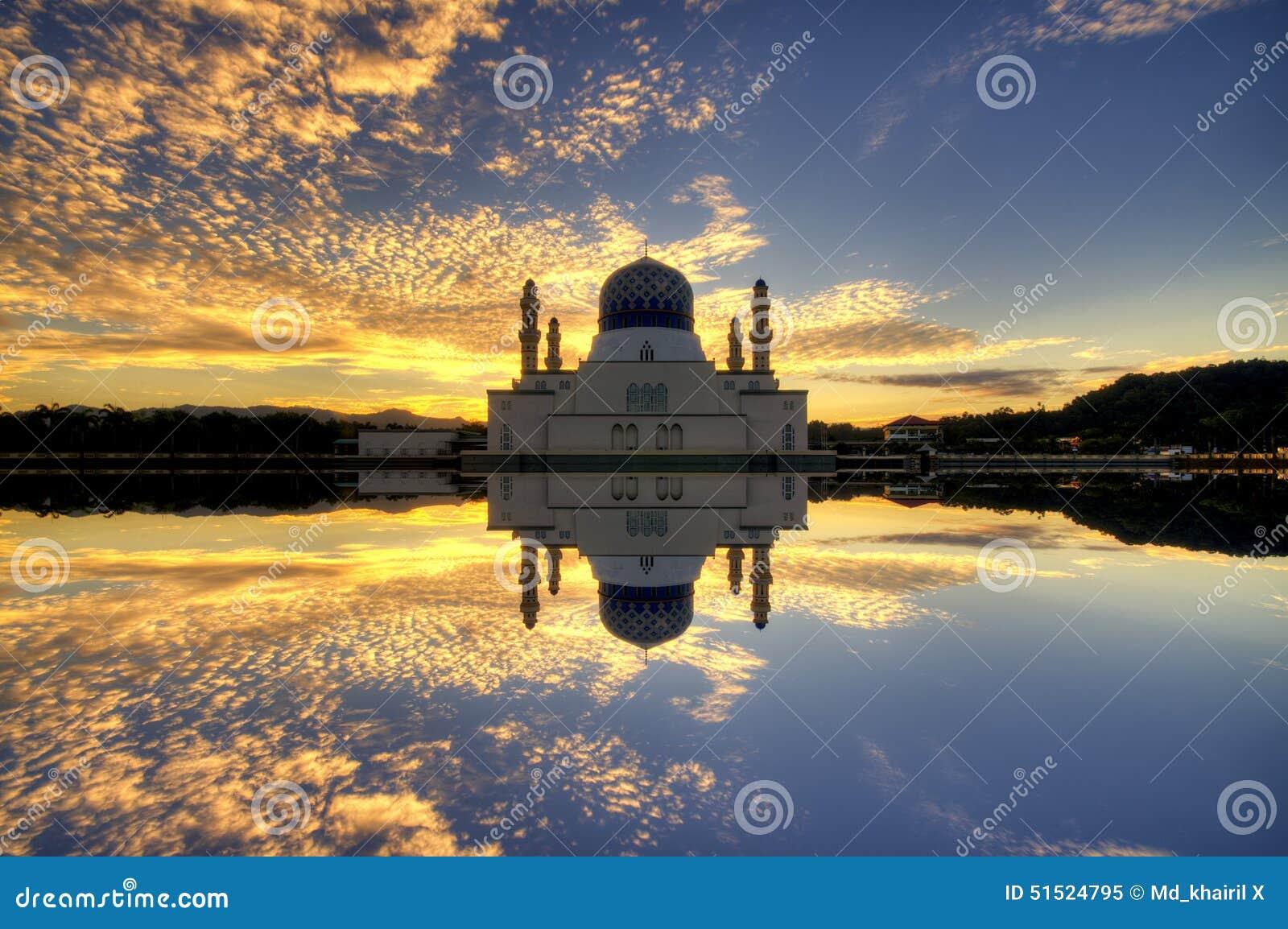 Kota Kinabalu City Floating Mosque, tijdens een Zonsopgang