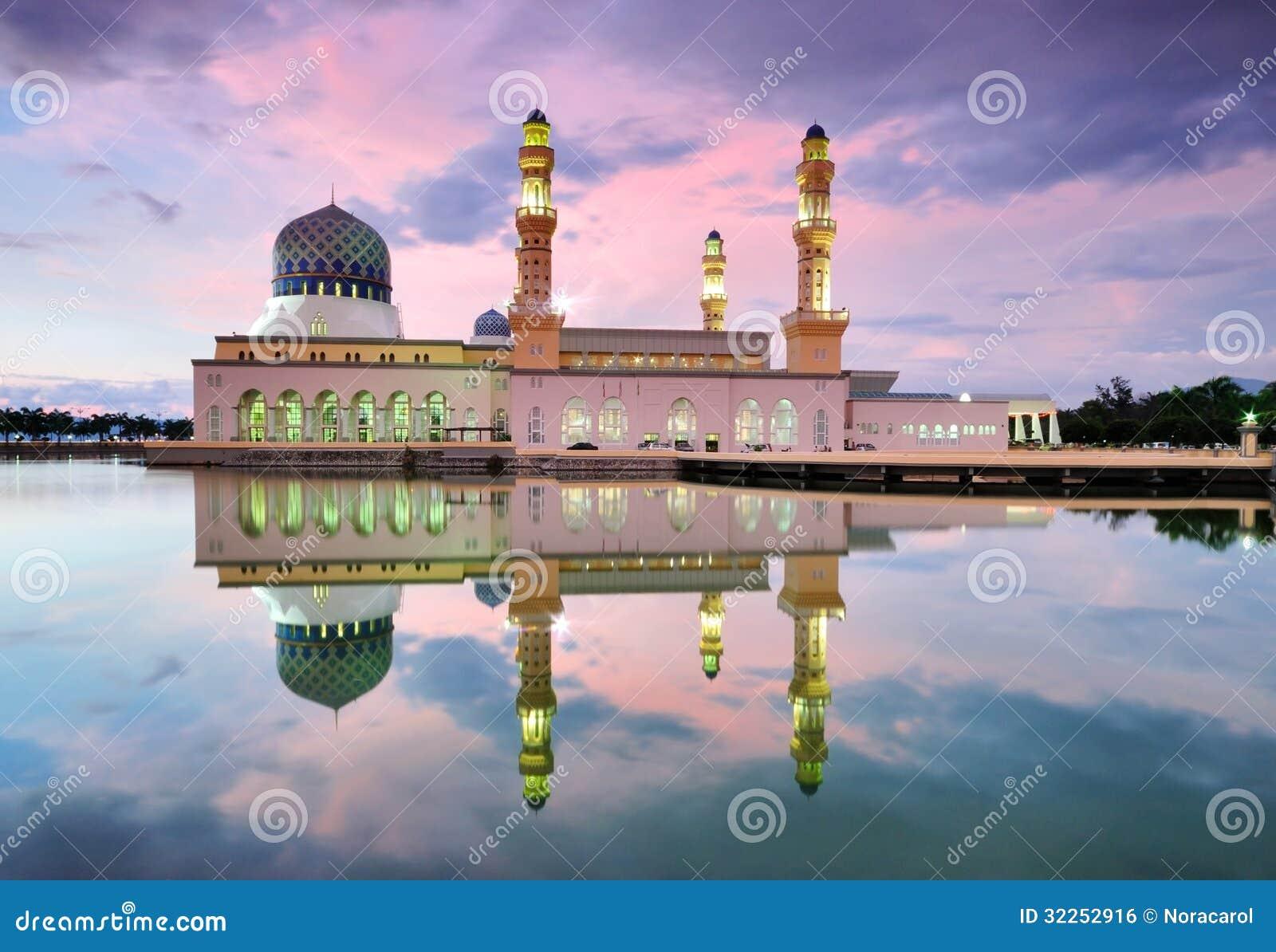 Kota Kinabalu Floating Mosque bij zonsondergang