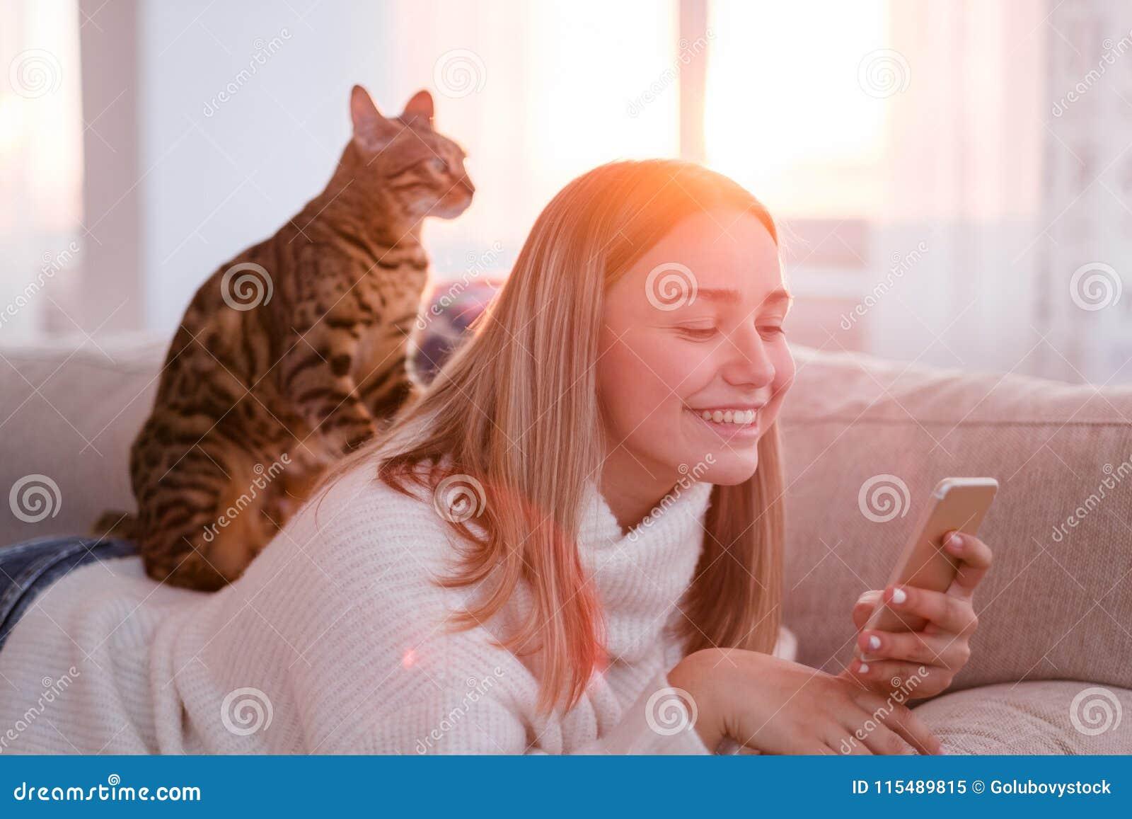 Kota masażu istoty ludzkiej więzi zwierzęcej kiciuni szczęśliwa rozrywka