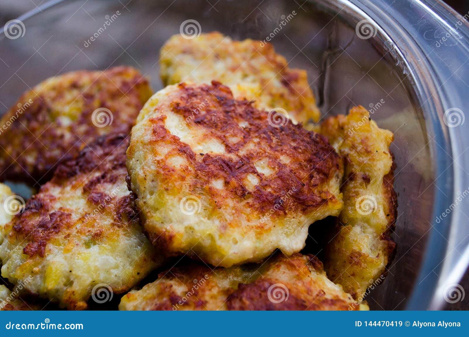 Koteletts H?hnerkoteletts Gebratene Koteletts Koteletts im Topf Richtige Nahrung Kochen von k?stlichen Burgern Glaswanne mit Flei