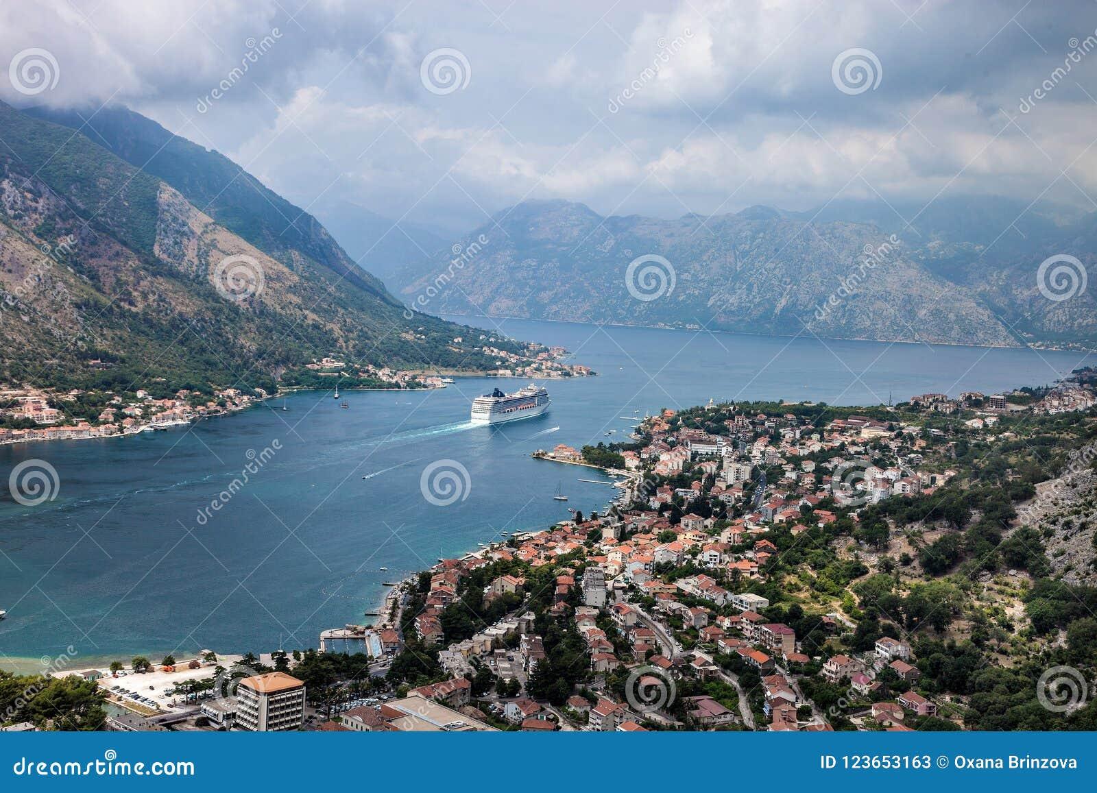 Kotor em um dia de verão bonito, Montenegro A vista das montanhas à baía em Montenegro