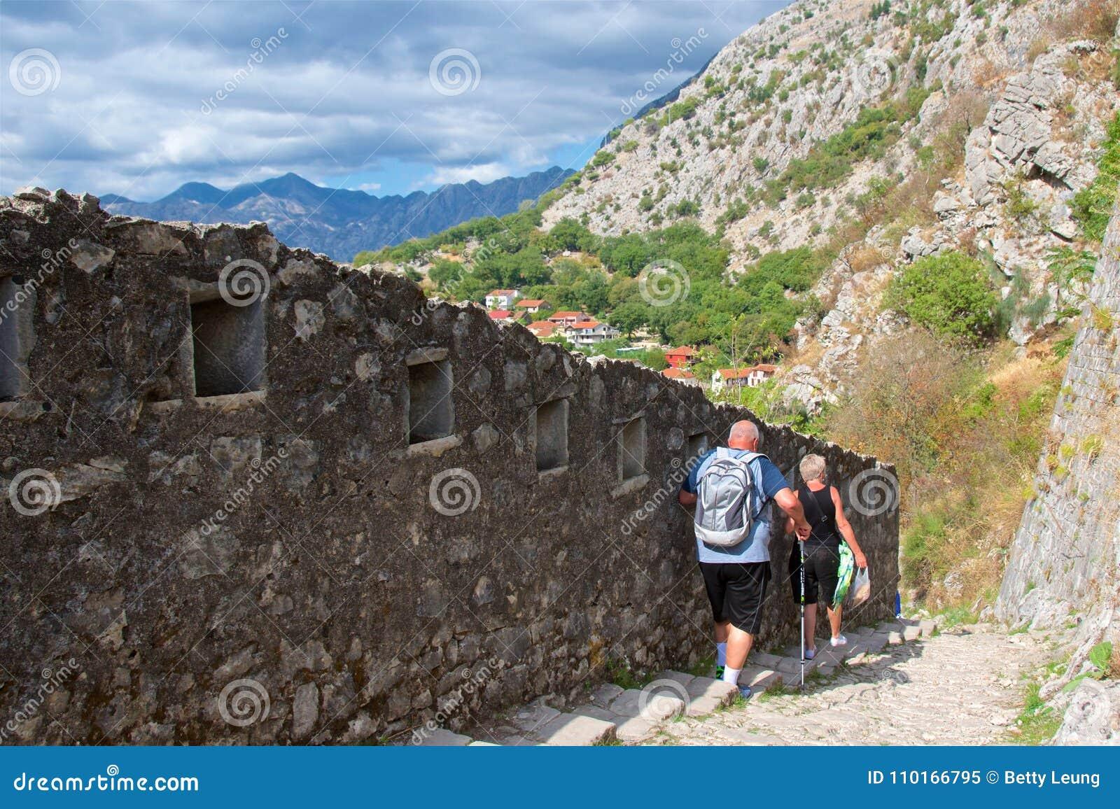 Kotor Montenegro, Październik, - 2017: Turyści wycieczkuje ślad wzdłuż fortyfikacj ścian w Kotor Starym miasteczku, Montenegro