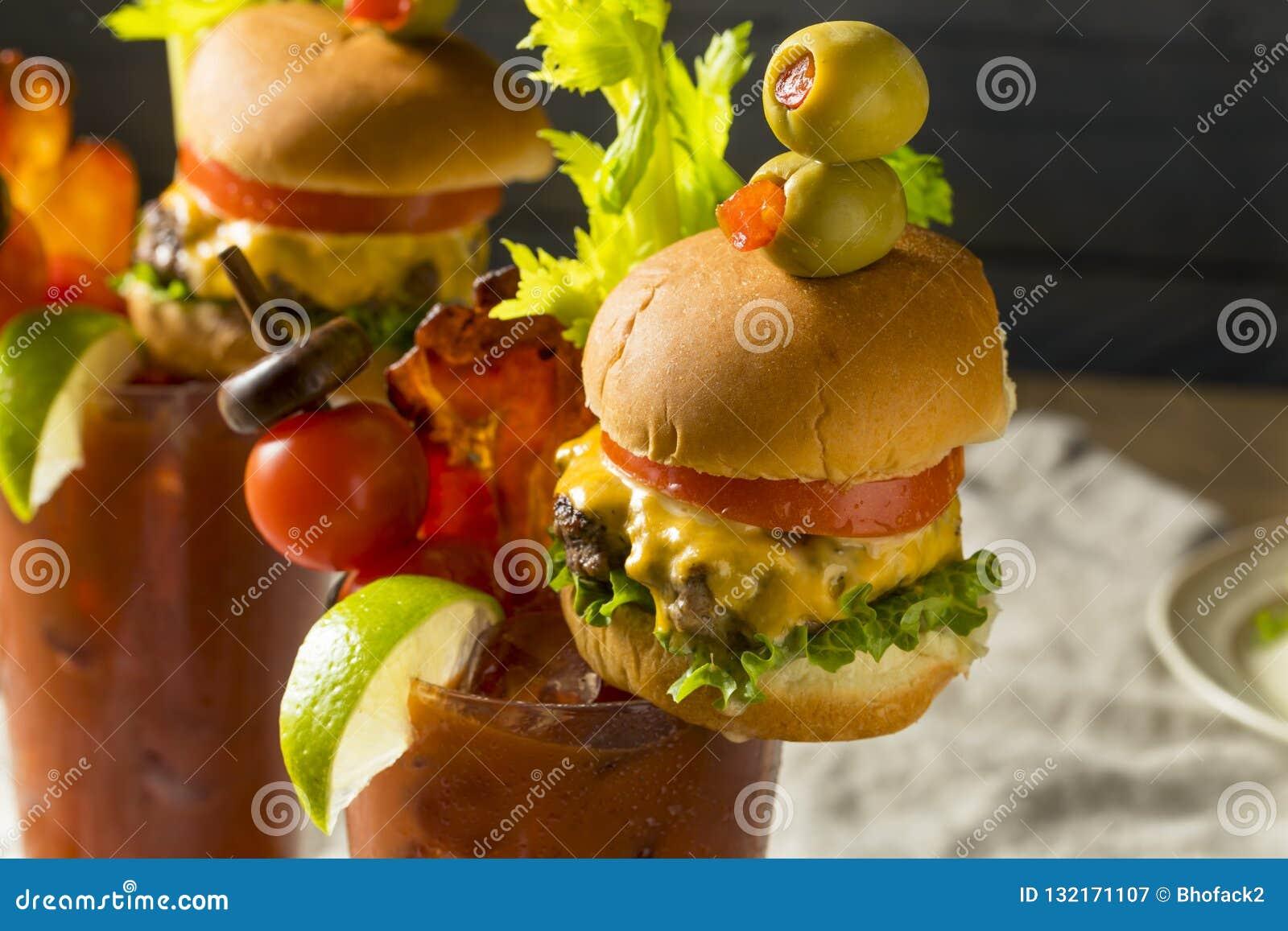 Koud Ijzig Gastronomisch Bloody Mary met een Hamburger
