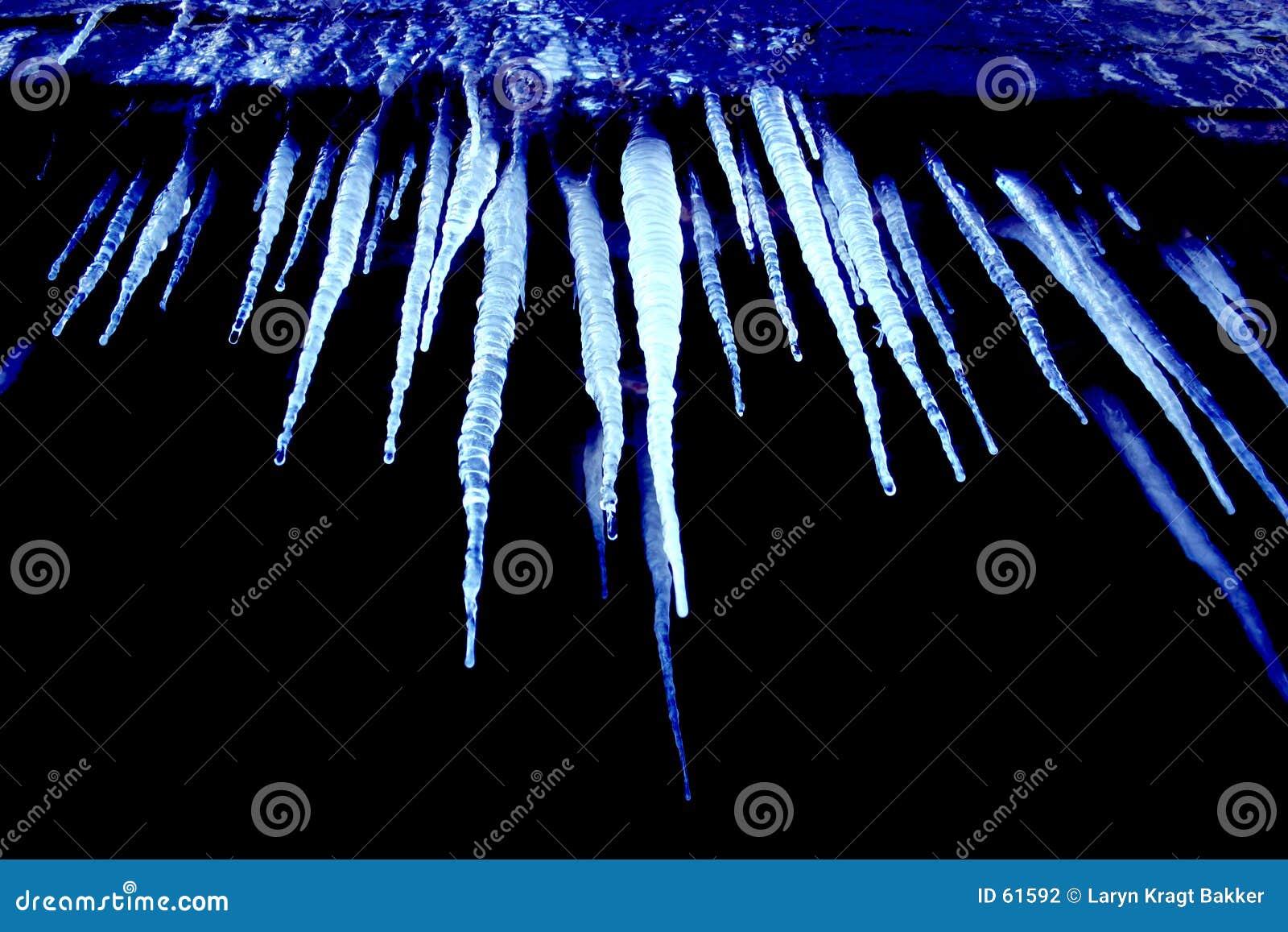 Koude blauwe ijskegels