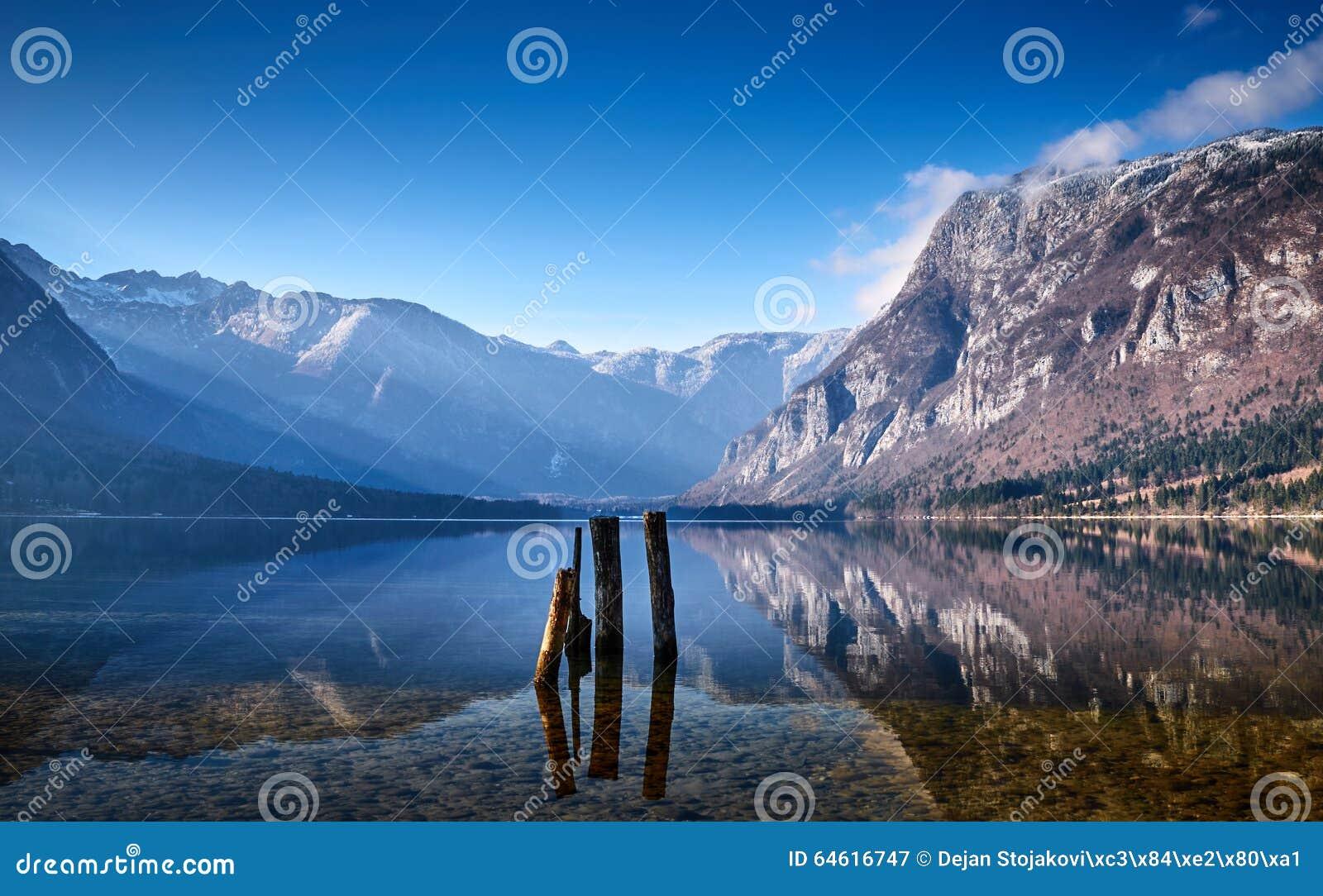Koude de winterochtend bij het Bohinj-meer in het nationale park van Triglav