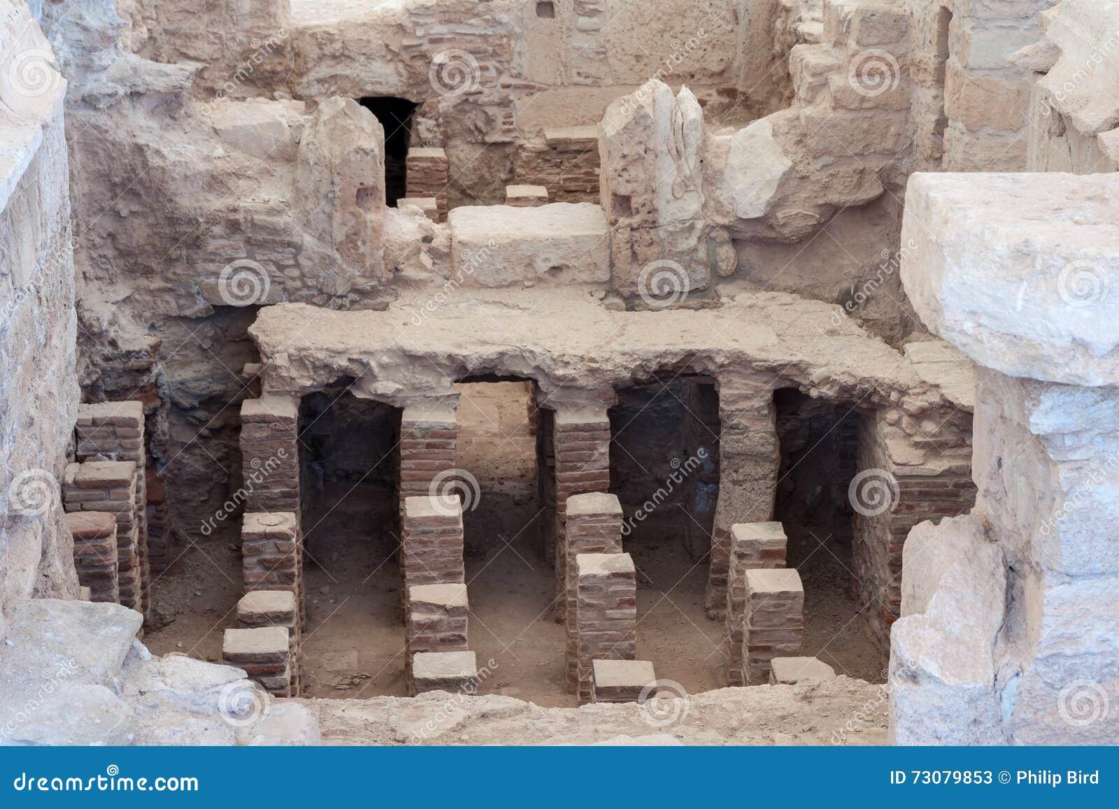 KOURION, CYPRUS/GREECE - 24-ОЕ ИЮЛЯ: Ванны около виска Apol