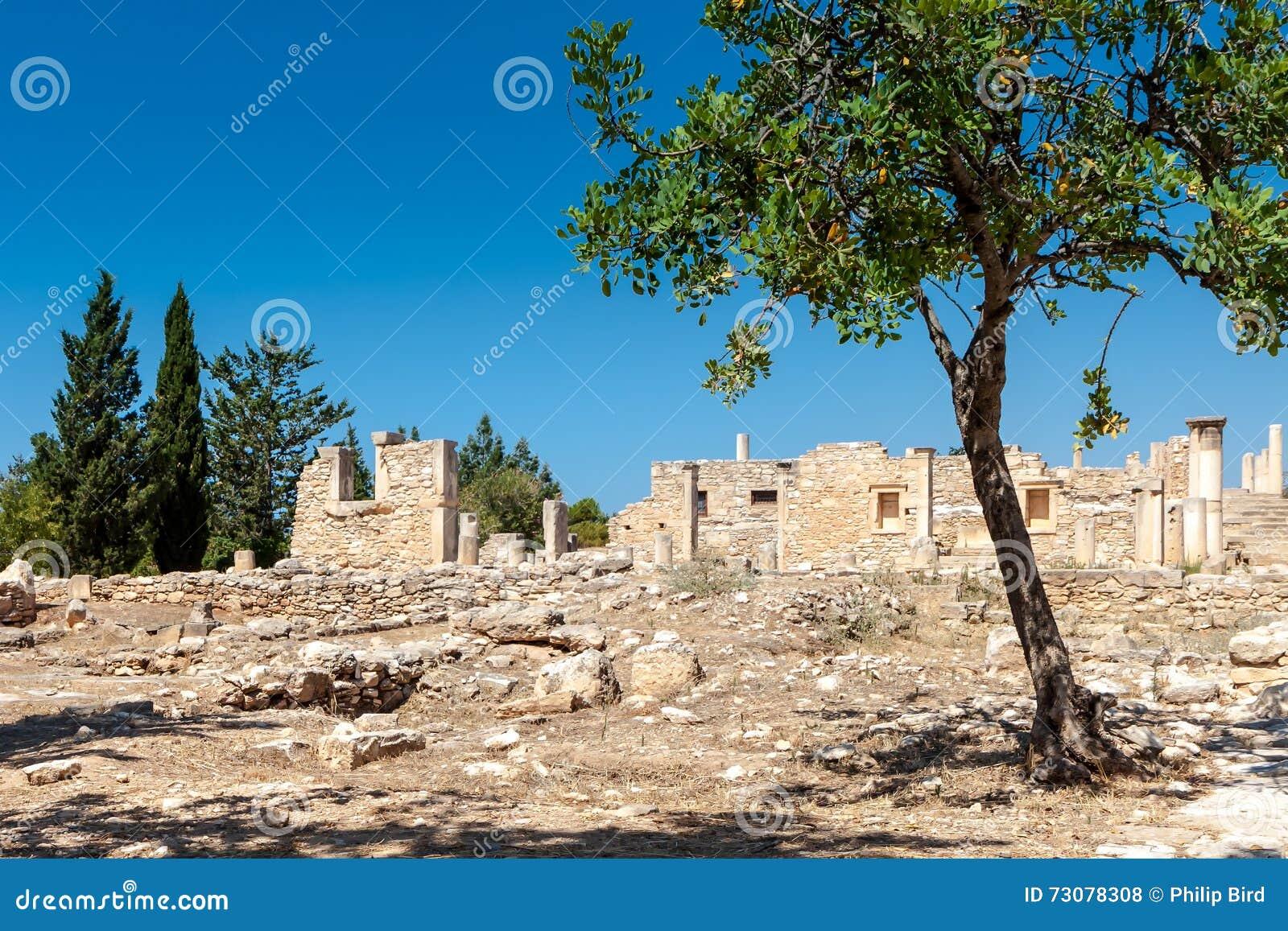 KOURION, CYPRUS/GREECE - LIPIEC 24: Świątynia Apollo Hylates blisko